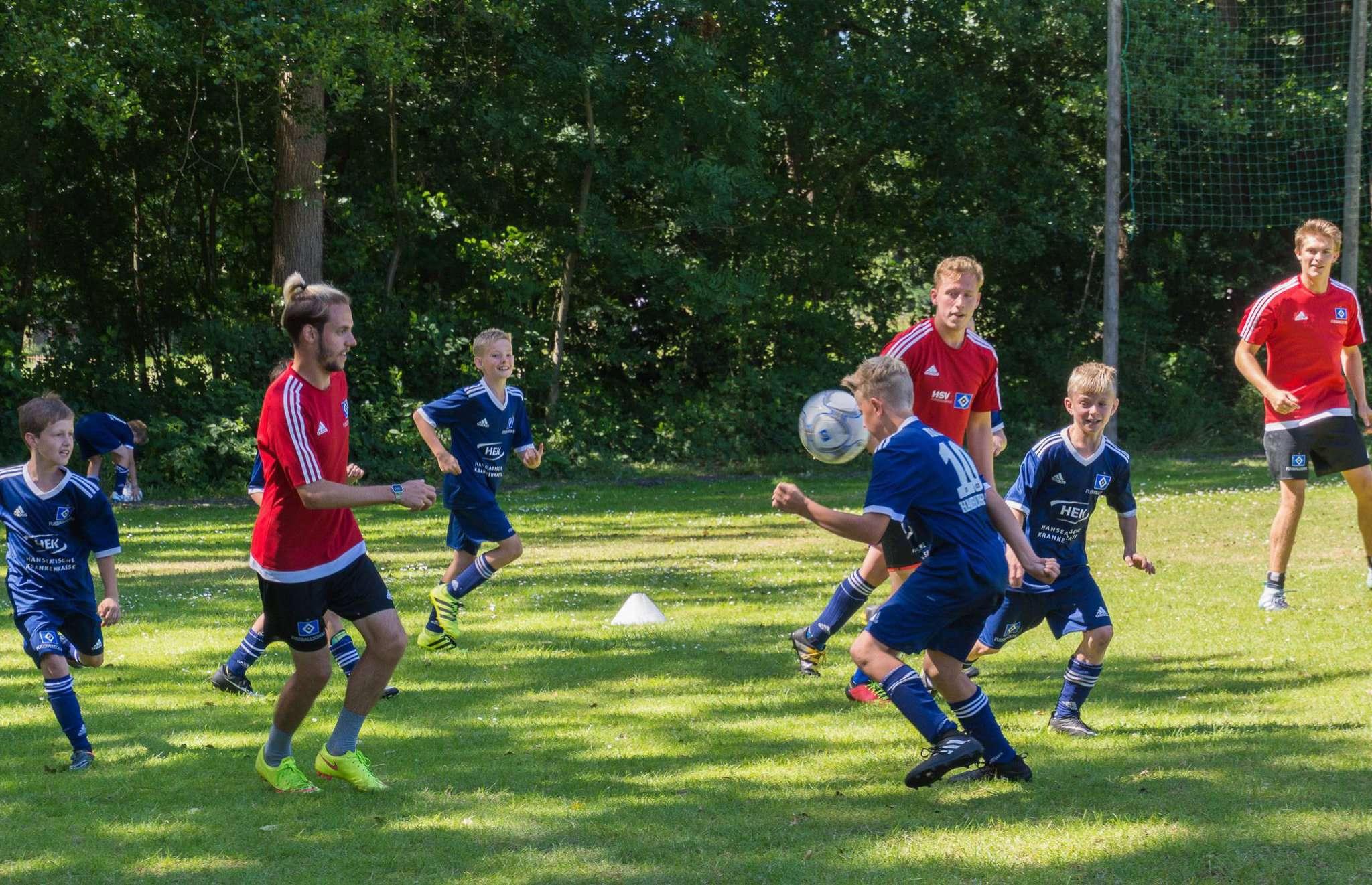 Unter Anleitung der Trainer lernten die Kinder und Jugendlichen viel Neues dazu u2013 und gaben alles bei den Spielen. Fotos: Klaus-Dieter Plage