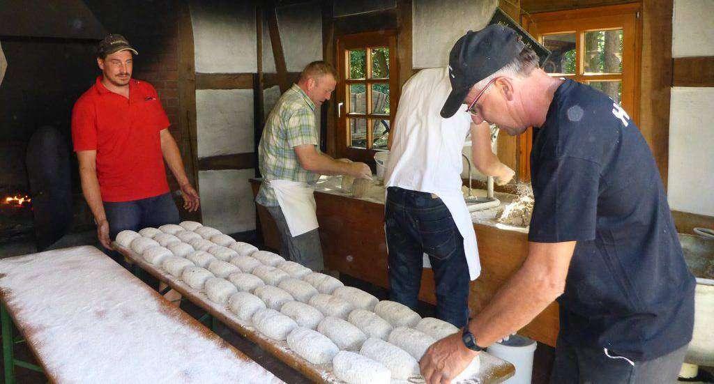 Die fleißigen Helfer hatten einiges zu tun, denn neben frischem Butterkuchen gab es auch ofenwarmes Brot.