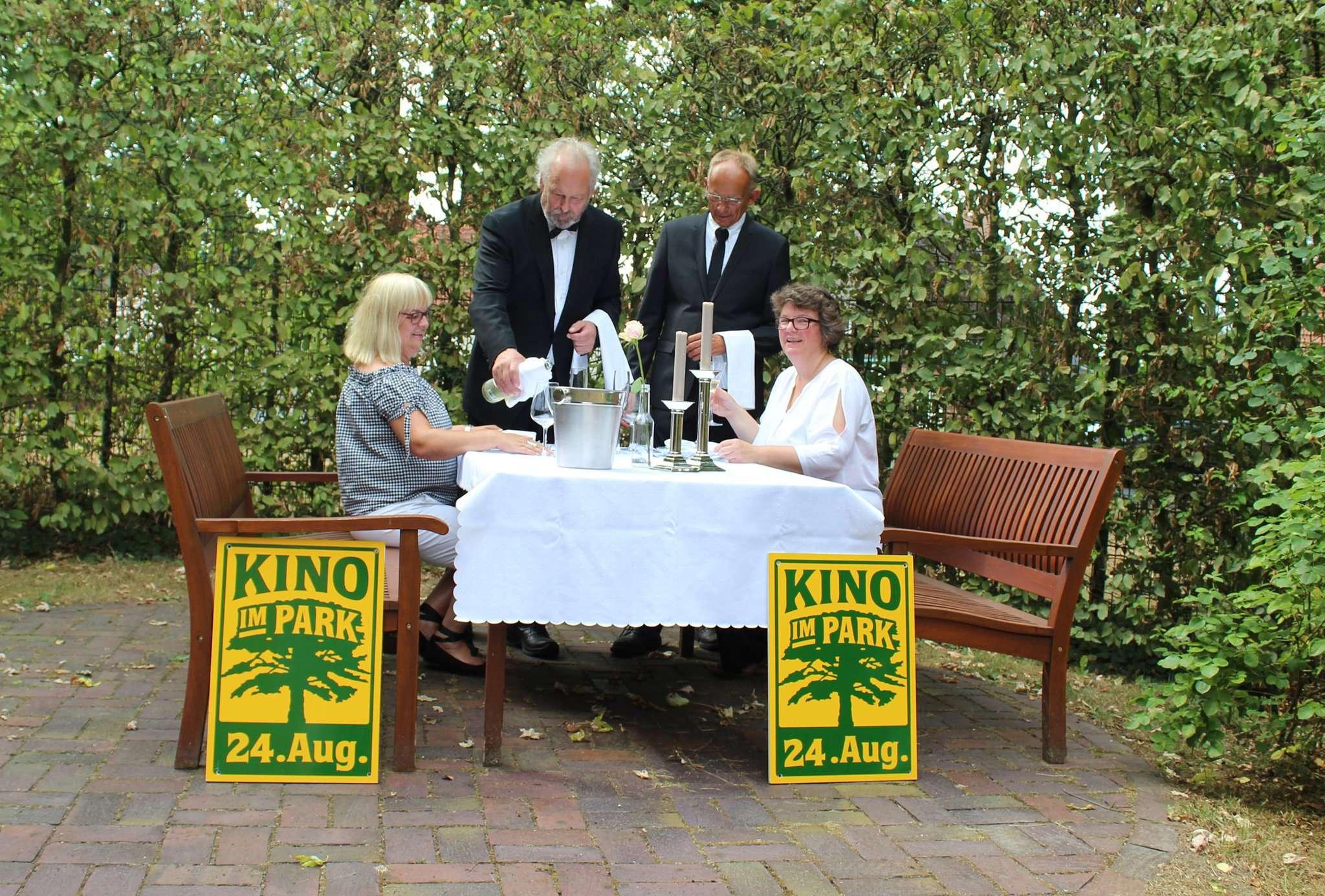 Karola Hoffmann (von links), Rainer Schild, Manfred Lieder und Anja Schouten lassen sich immer einiges für das Open-Air-Kino im Amtsvogteipark einfallen. Foto: Ann-Christin Beims