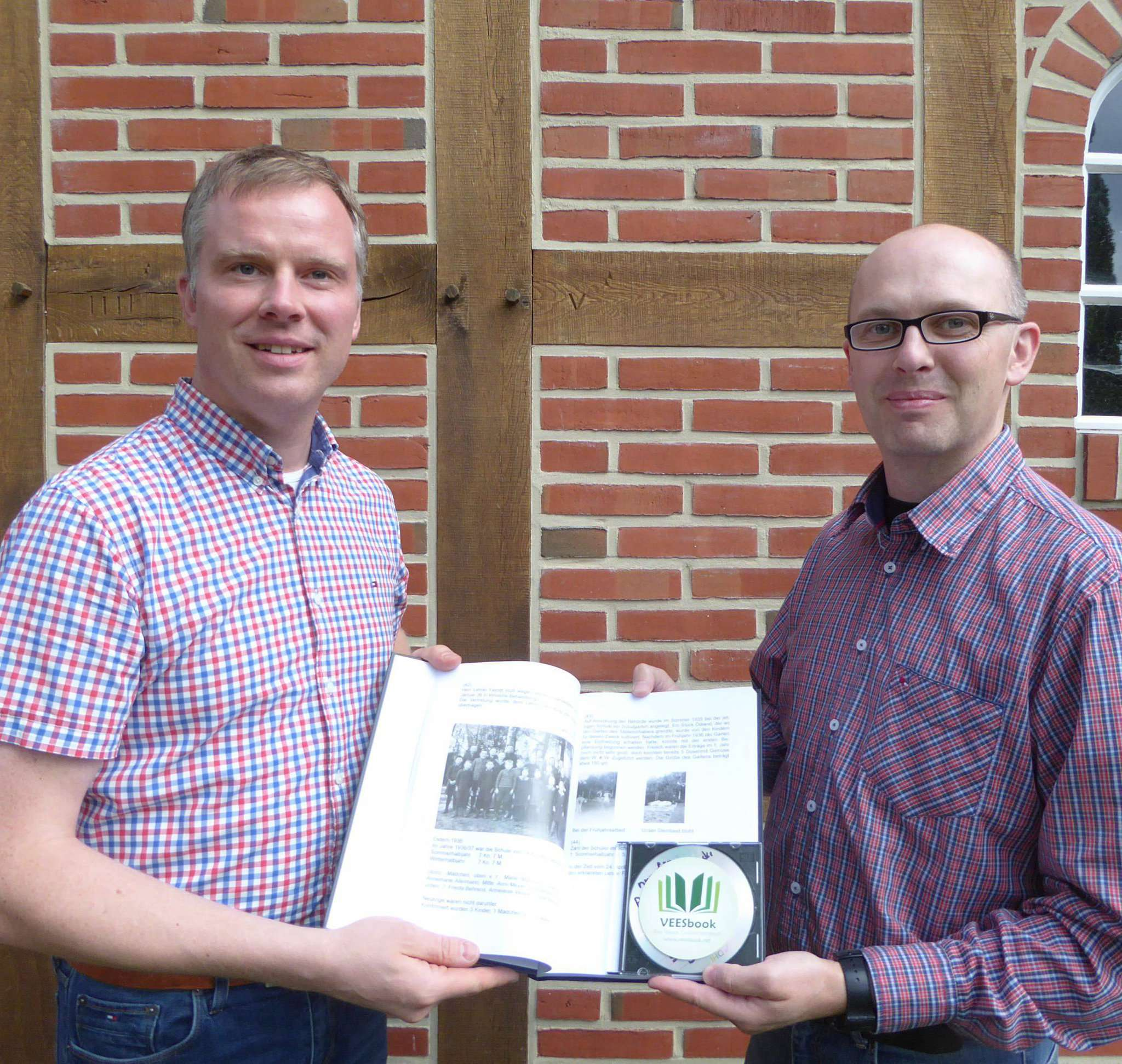 Ralf Schröder (rechts) überreichte Andreas von Fintel das erste Exemplar.