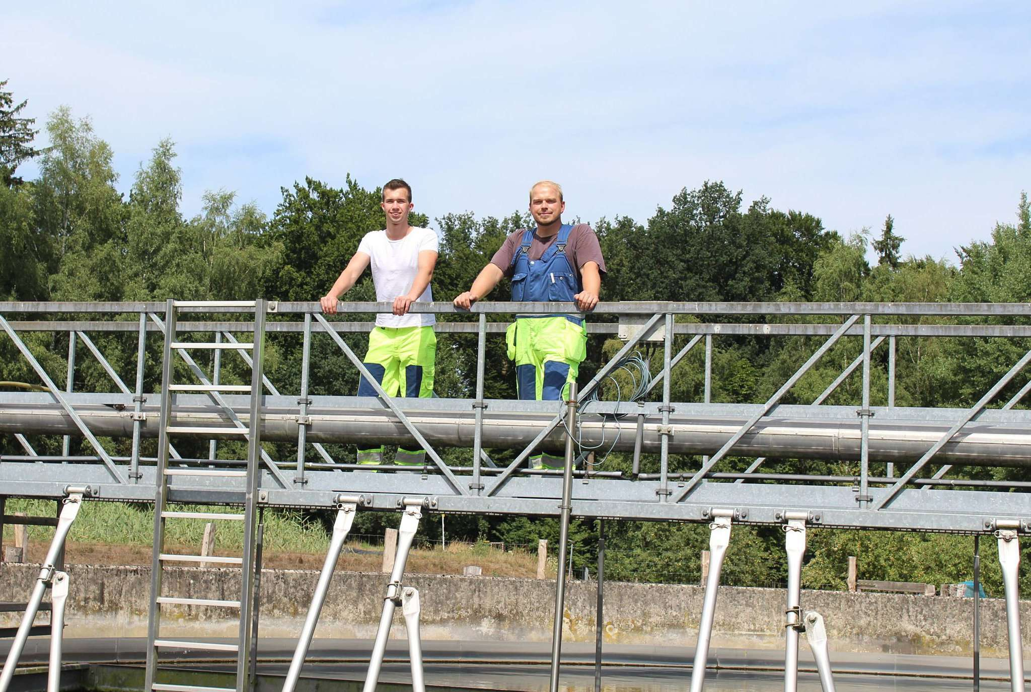 Marvin Hendrik Schönfeld (links) und sein Ausbilder Markus Großmann machen regelmäßige Kontrollen auf dem Gelände der Kläranlage. Foto: Ann-Christin Beims