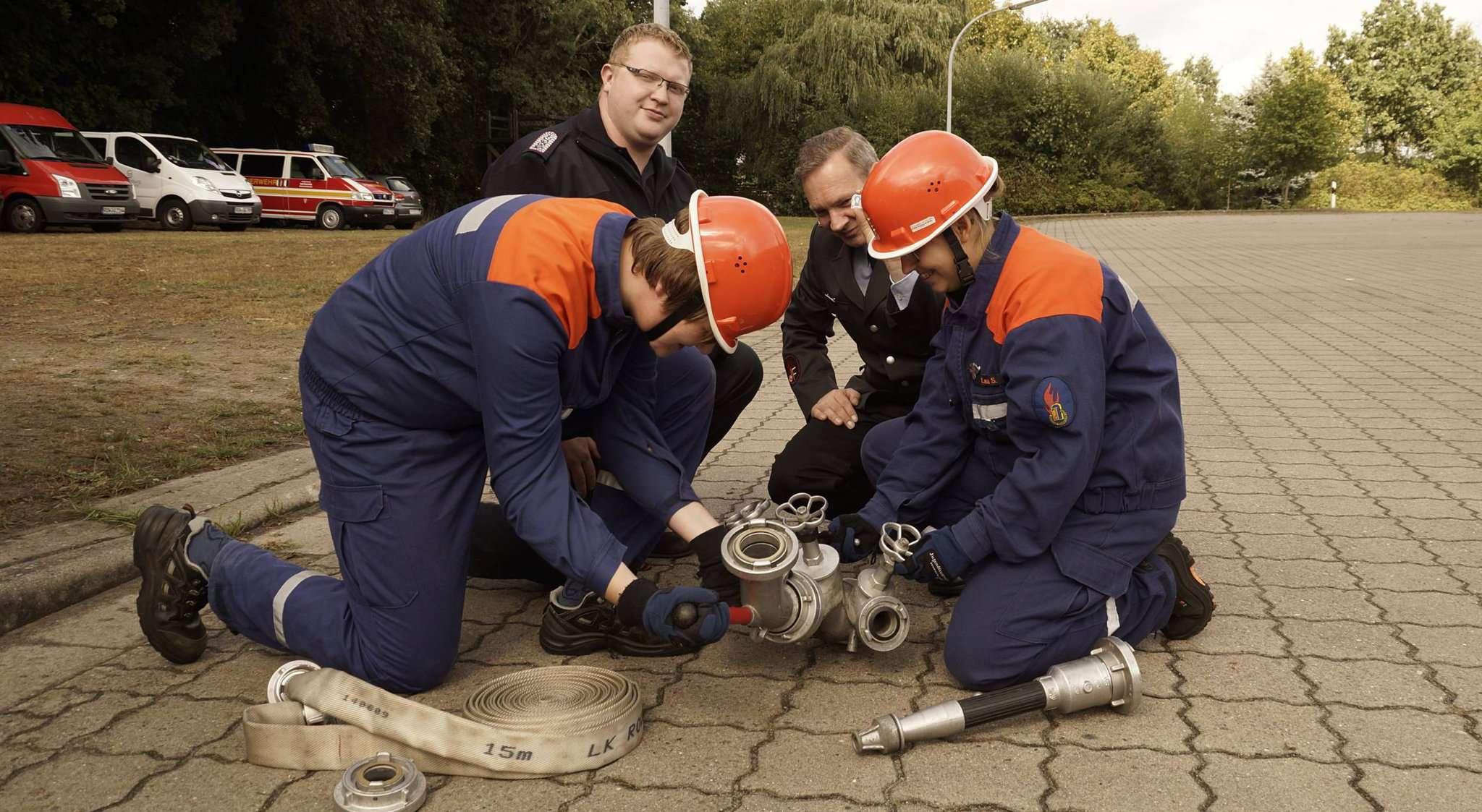 Auch eine Übung an einem Verteiler stand für den Nachwuchs auf dem Programm. Fotos: Erich Schulz