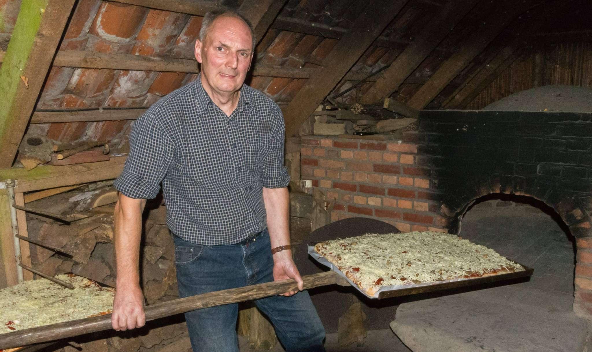 Gerhard Trochelmann hat den Ofen einige Stunden vorgeheizt, damit er die perfekte Temperatur zum Pizzabacken bekommt. Fotos: Klaus-Dieter Plage
