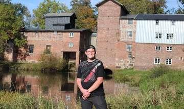 Der 14jährige Tobias Waltereit hilft in der Wassermühle