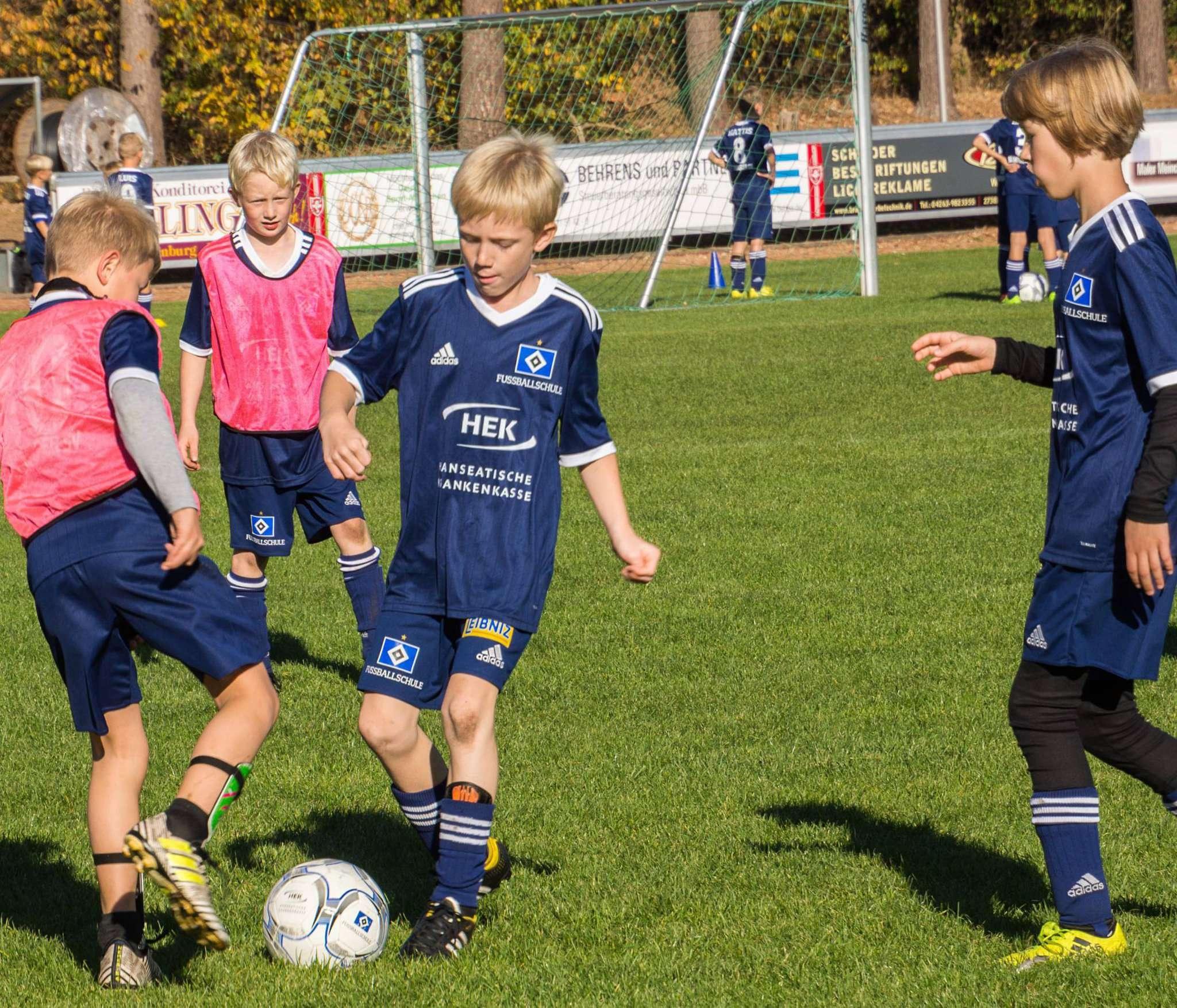 Mit viel Spaß und Körpereinsatz trainieren die Schüler Torschuss und Koordination. Foto: Klaus-Dieter Plage