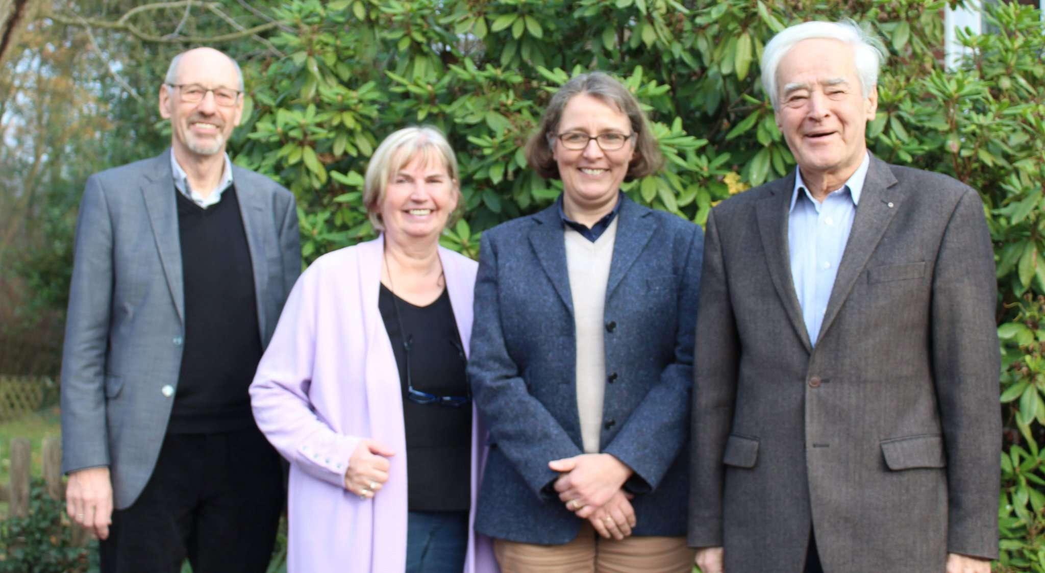 Claus-Dieter Winkelmann (von links), Marianne Kuhn, Bettina Winkler und Karsten Müller-Scheeßel freuen sich, dass die Diakoniestation das bekommt, was sie benötigt: Zeit durch finanzielle Unterstützung. Foto: Ann-Christin Beims