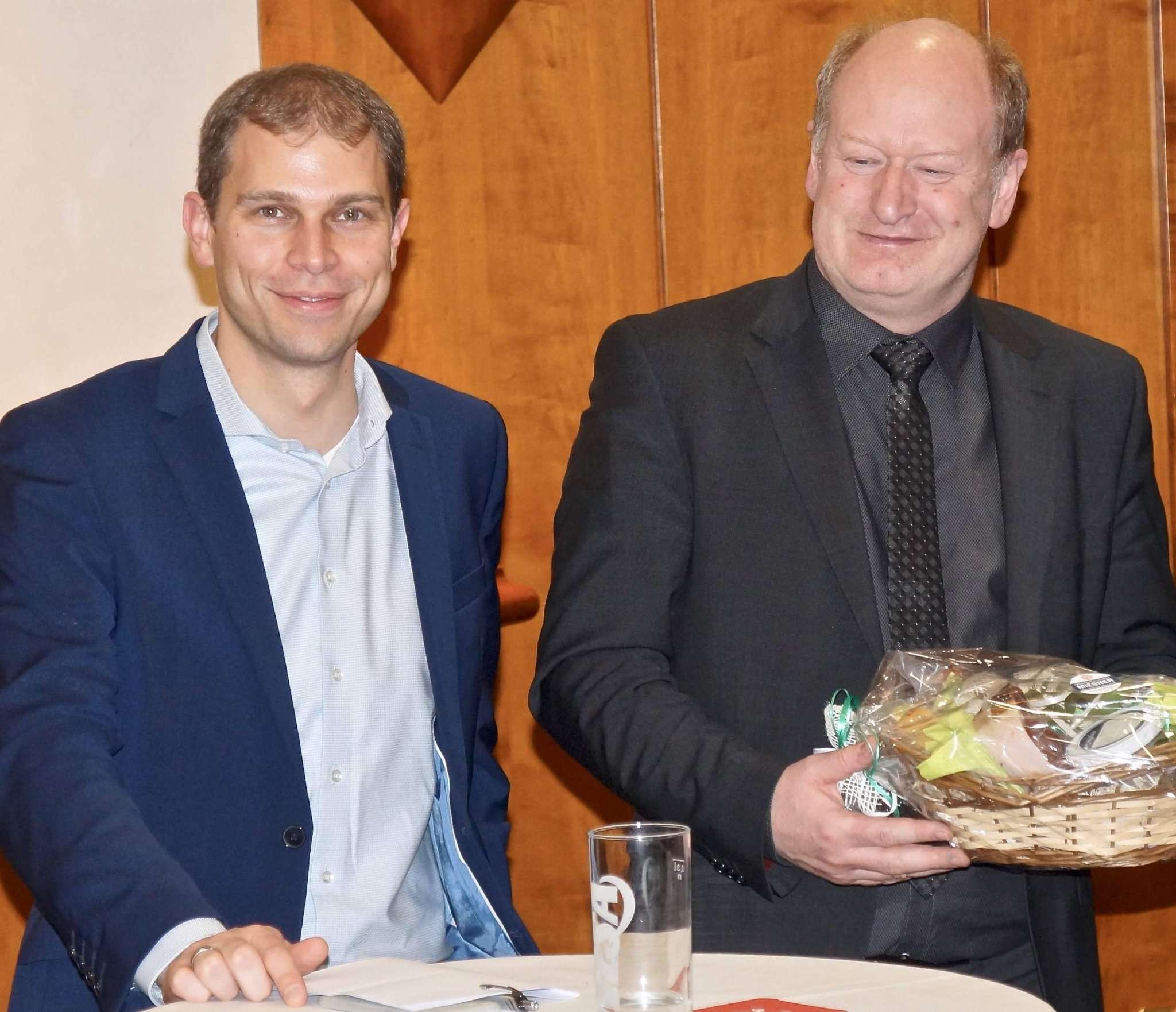 Eike Holsten (links) und Reinhold Hilbers diskutierten mit Bürgern über die Zukunft Niedersachsens. Foto: Hans-Jörg Werth