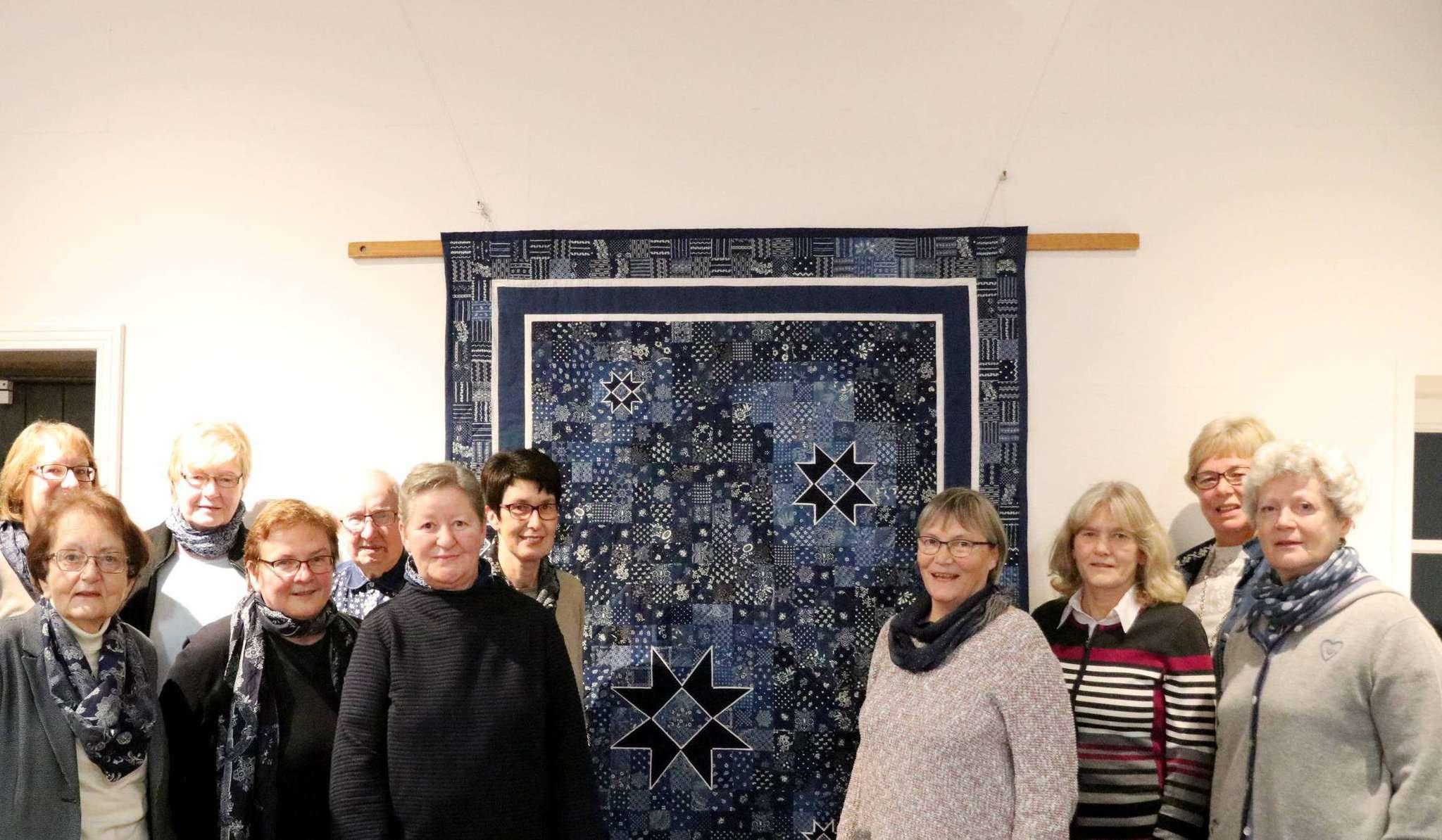 Das Scheeßeler Blaudruckteam und die Näherinnen des Quilts freuen sich über die Auszeichnung der Unesco. Das Kunstwerk selbst soll voraussichtlich im kommenden Jahr im Rahmen einer Ausstellung in Paris zu sehen sein. Fotos: Nina Baucke