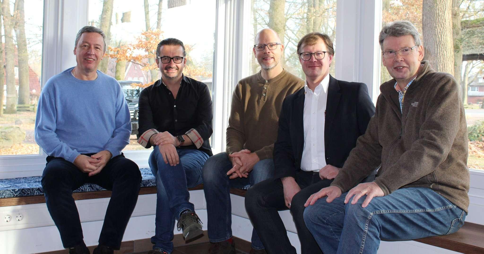 Der Scheeßeler Heimatverein und die Lions, vertreten durch Thilo Helmschmied (Zweiter von links) freuen sich über die harmonische Zusammenarbeit. Foto: Ann-Christin Beims