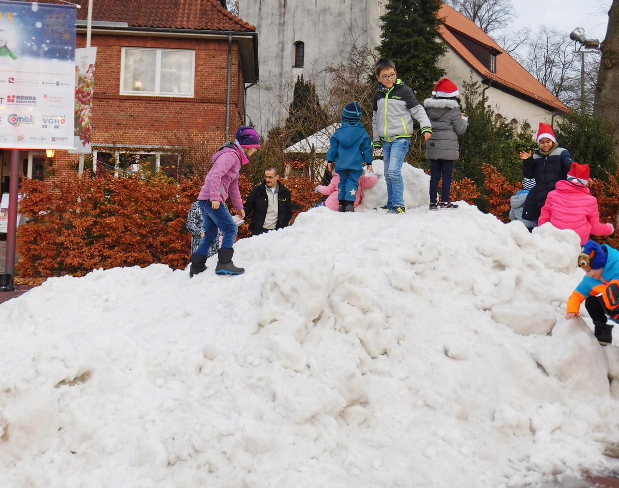 Für die Kinder eines der Highlights des Weihnachtsmarktes: Obwohl keine weißen Flocken in Sicht waren, konnten sie auf einem Schneeberg herumtoben. Foto: Jens Loes