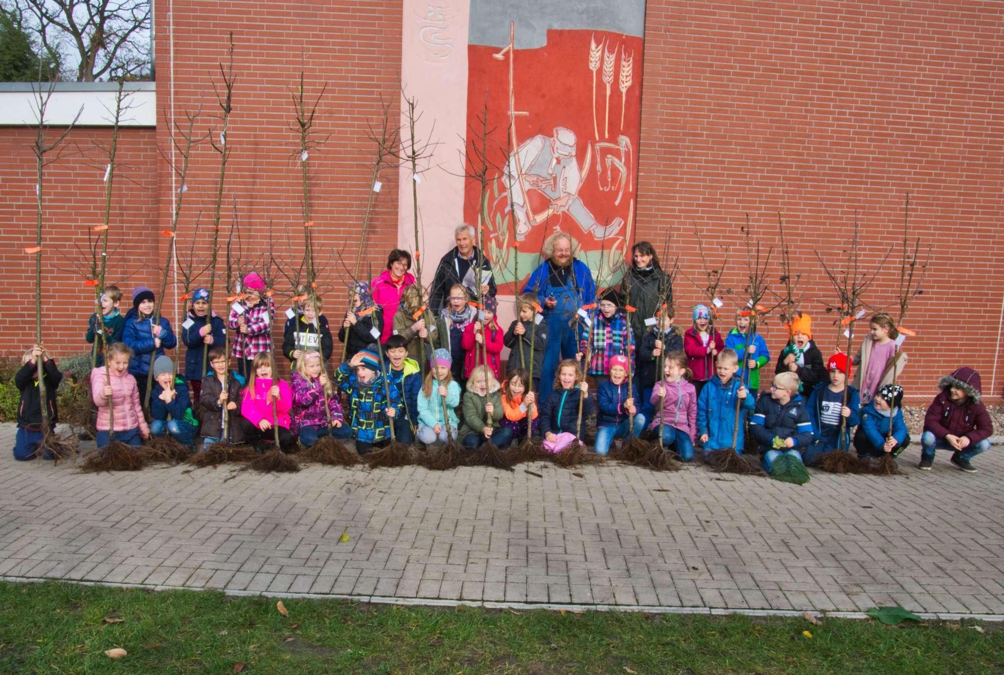 Die in diesem Jahr eingeschulten Kinder der Grundschule Lauenbrück freuen sich über ihre persönlichen Apfelbäume, die sie einpflanzen durften. Foto: Klaus-Dieter Plage