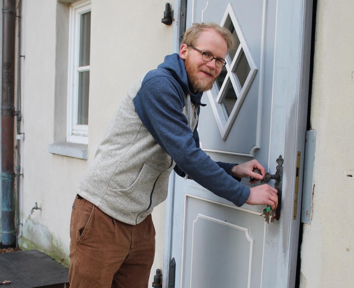 Hartmut Nack öffnet die Türen zu seinem neuen Arbeitsplatz: der Scheeßeler Kirche. Foto: Ann-Christin Beims