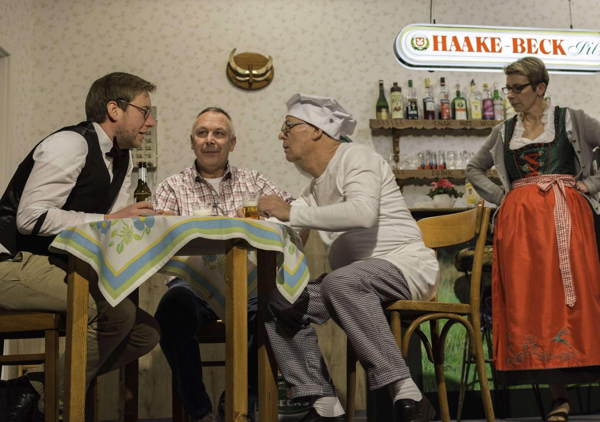 Die Laienschauspieler des Westerholter Eekenkrings können sich über eine gelungene erste Vorstellung ihres Stückes freuen. Foto: Klaus-Dieter Plage