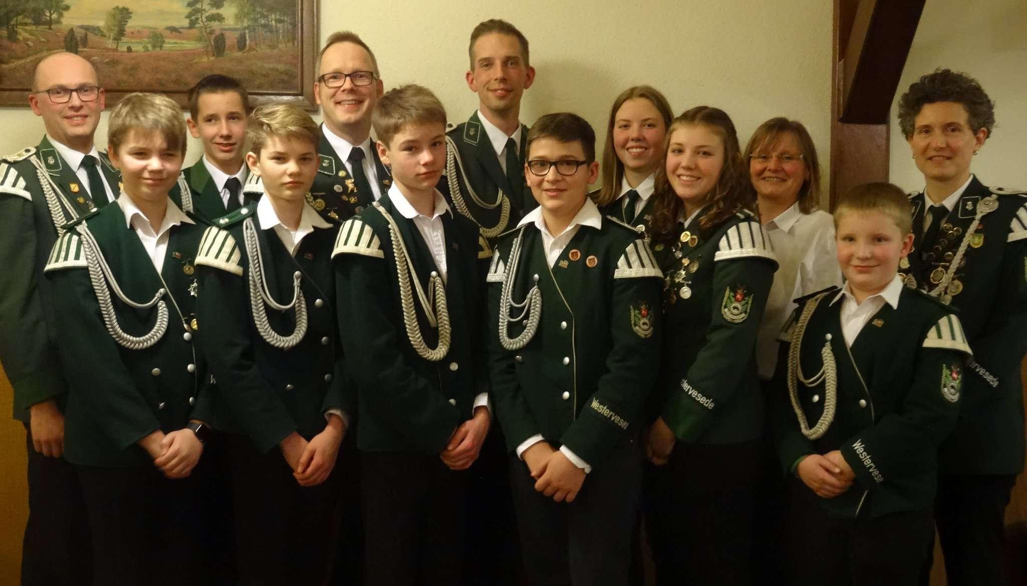 Der erste Vorsitzende Ingmar Bassen und Kreismusikleiterin Nicole Landversicht mit den Geehrten und Beförderten.