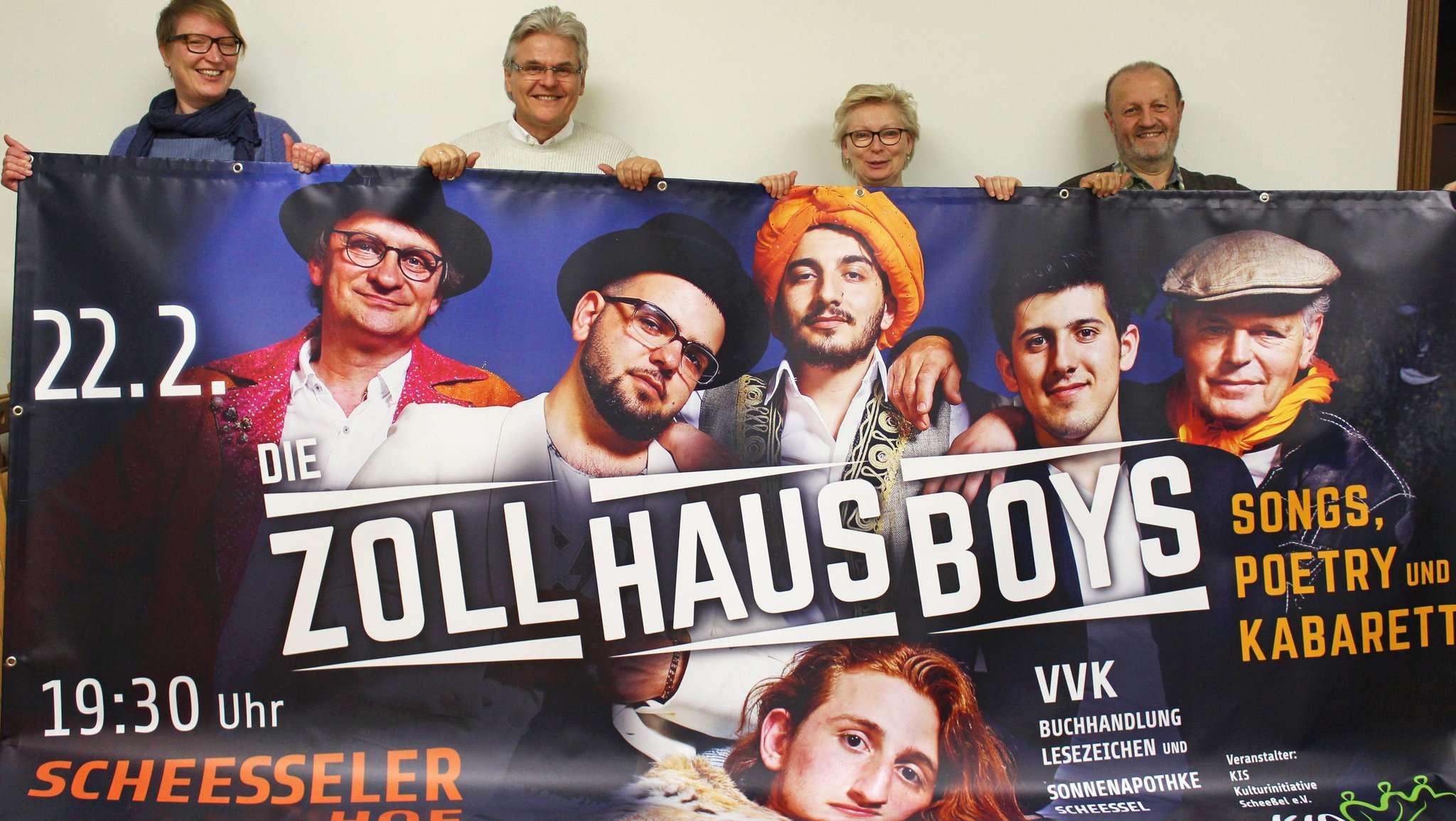 Mit einem großen Banner machen Anja Schürmann (von links), Bernd Braumüller, Gabriela Villwock und Paul-Gerhard Göttert auf den Auftritt der Zollhausboys aufmerksam. Foto: Ann-Christin Beims