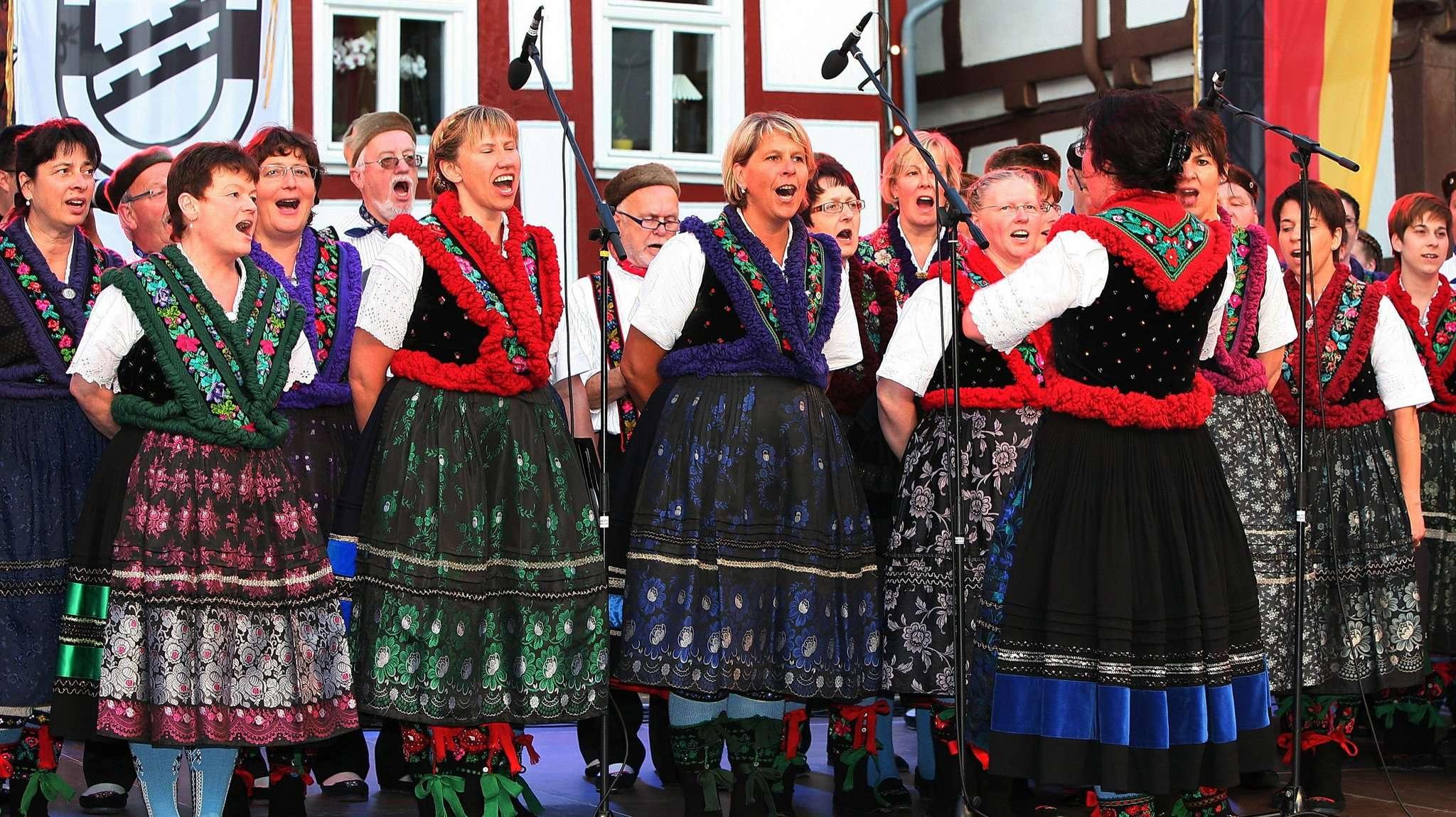 Der Chor des Schlitzerländer Trachten- und Volkstanzkreises tritt beim Konzert der Beek-Uln auf.