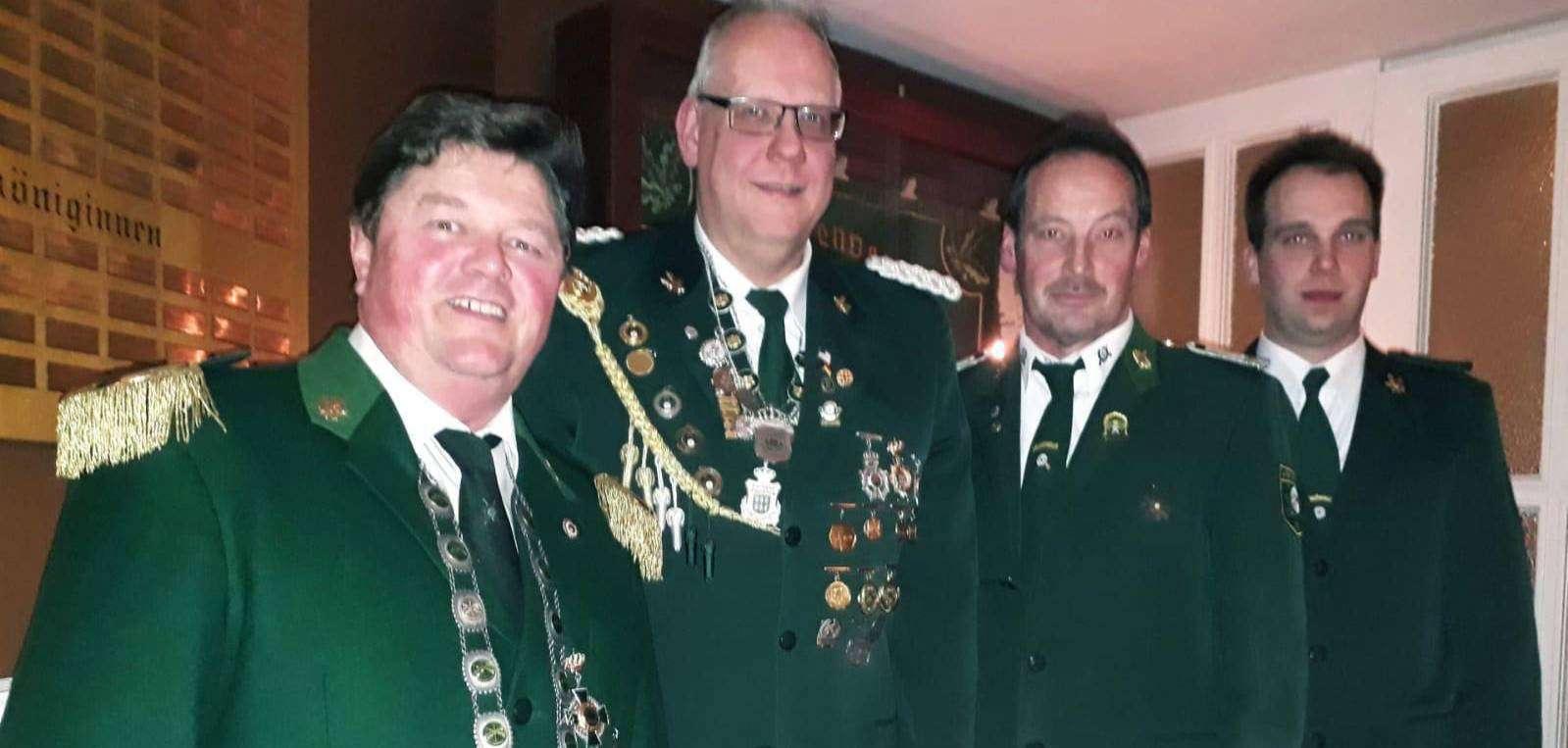 Der erste Vorsitzende Marcel Klatt (von links) mit Heiko Tietjen, Niko Meyer und Schützenkönig Heiko Wahlers
