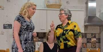 Premiere von Ehepoor Voss schoolt üm in Stemmen