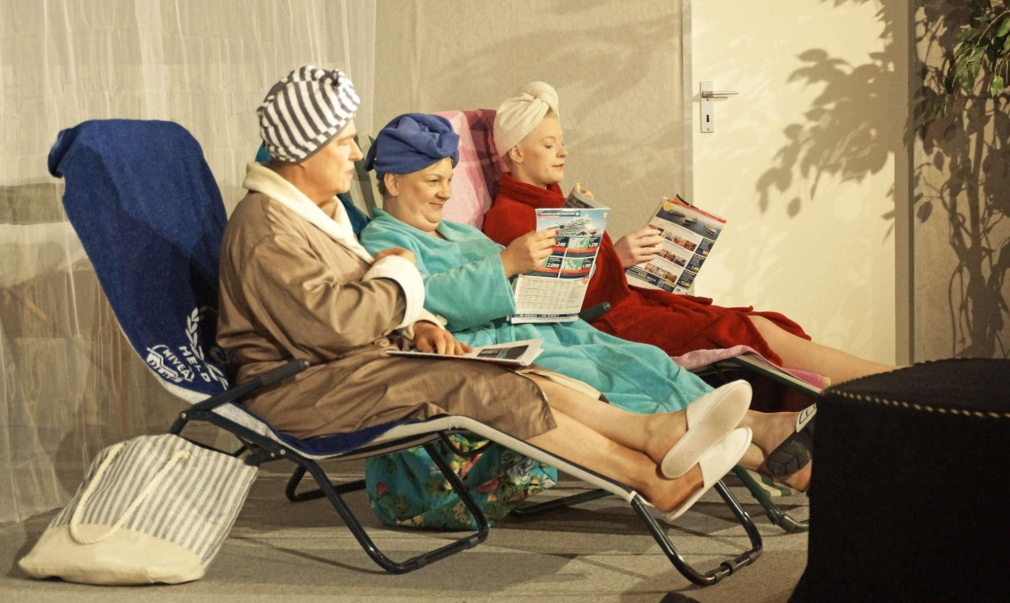 Die drei Freundinnen Theresa (Heidi Ruschmeyer), Lisbeth (Maria Bellmann) und Ursel (Doris Golücke) ziehen gnadenlos über alle her. Fotos: Erich Schulz