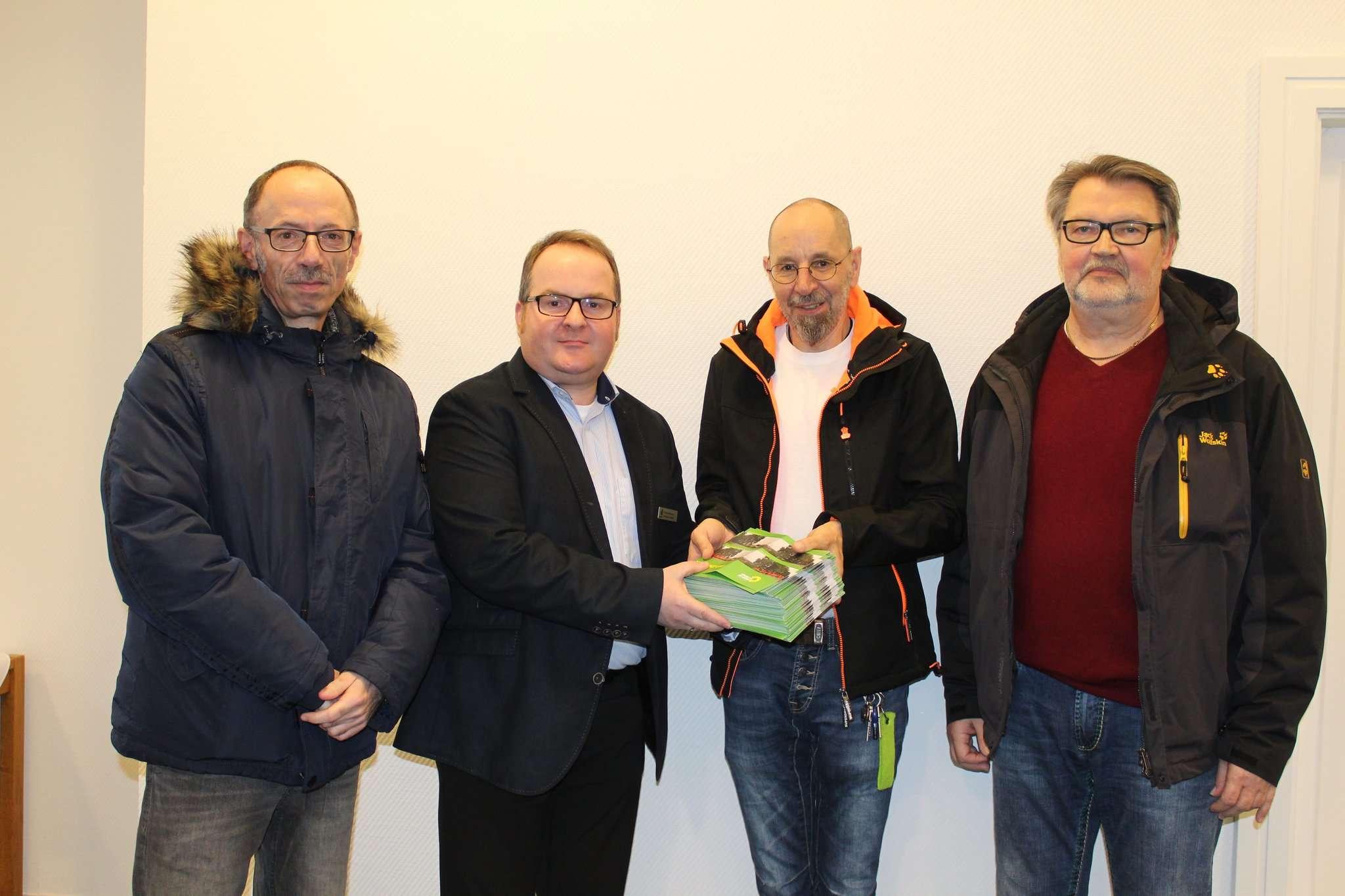 Klaus Lempert (links), Arthur Lempert (Zweiter von rechts) und Horst Knobel (rechts) übergeben die Rückläufer an Verwaltungsmitarbeiter Stefan Behrens. Foto: Ann-Christin Beims