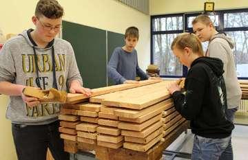 Beekeschüler und NabuEhrenamtliche bauen Hochbeete  Von AnnChristin Beims