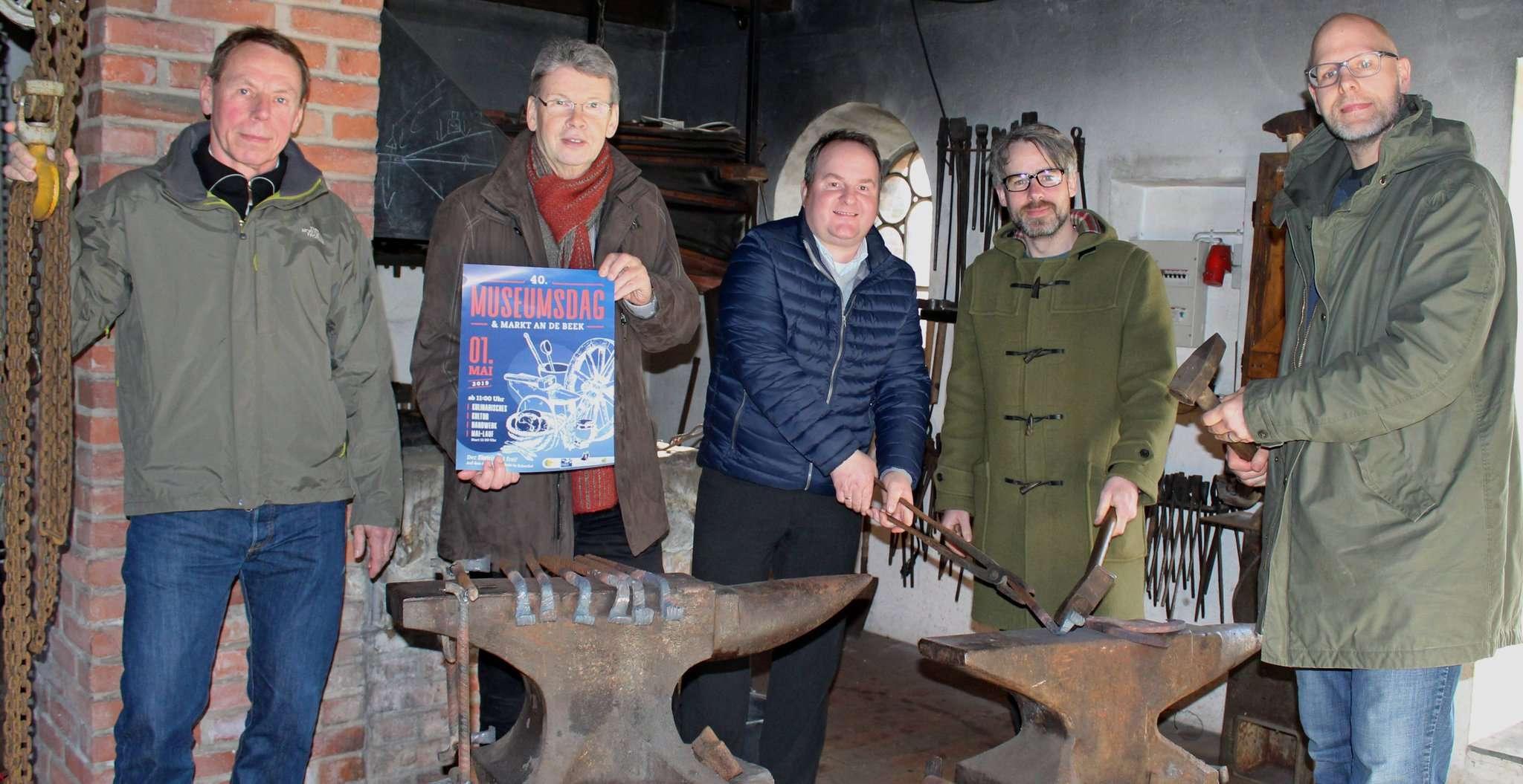 Jörg Schories (von links), Uwe Wahlers, Stefan Behrens, Thorsten Finner und Nils Meyer aus dem Organisationsteam sind gespannt, wie der neugestaltete Markt bei den Besuchern ankommt. Foto: Ann-Christin Beims