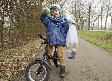 Der vierjährige Max hilft dabei die Umwelt zu schützen  Von Erich Schulz