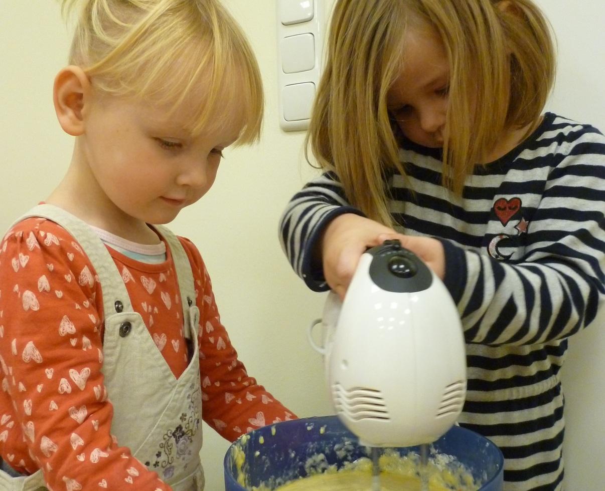 Die Kinder sind eifrig dabei, wenn es um die Herstellung gesunder Lebensmittel geht. Foto: Kindertagesstätte Alte Post