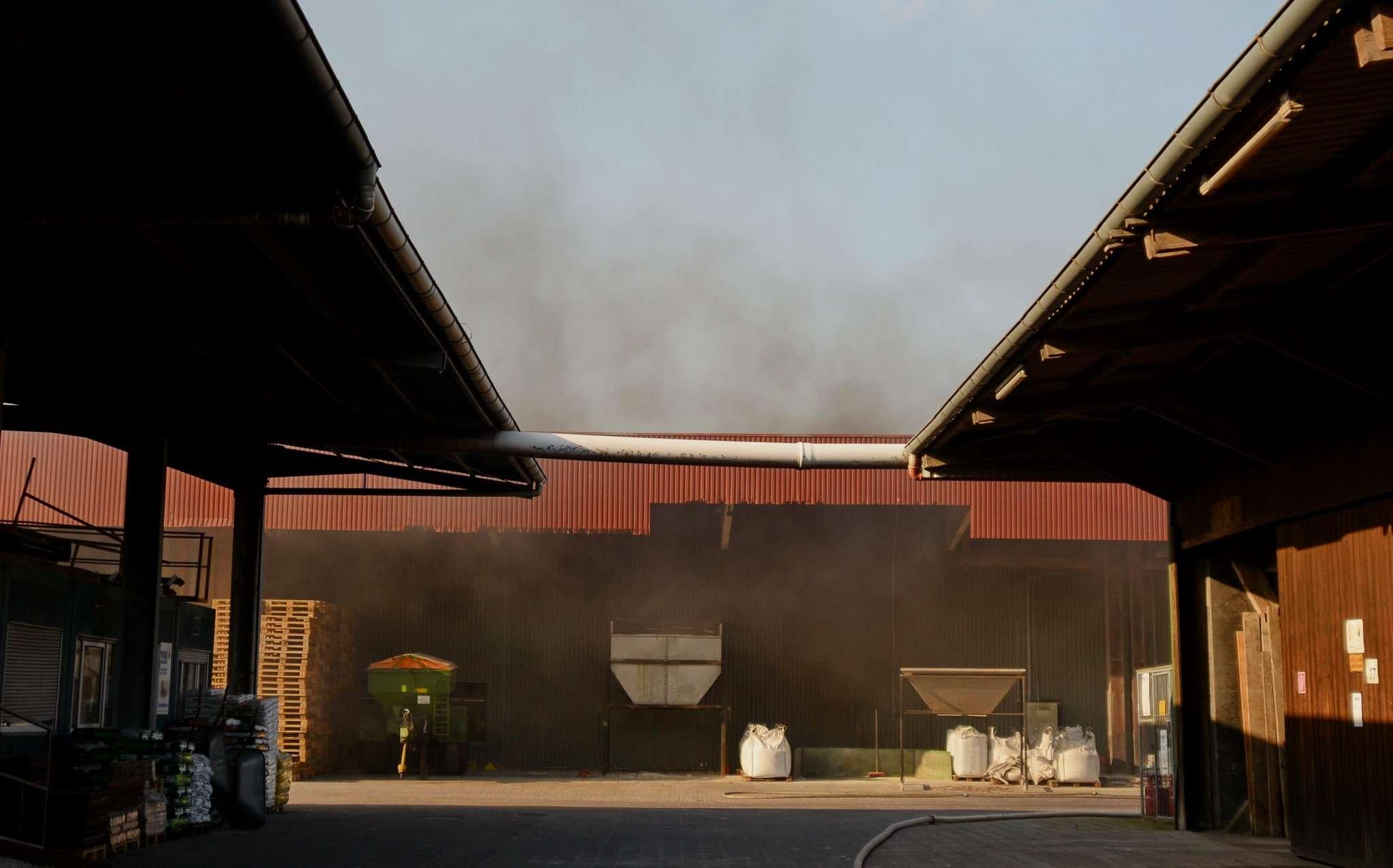 Dicker Rauch drang aus der Lagerhalle nach außen. Innen hatte ein Förderband Feuer gefangen. Foto: Klaus-Dieter Plage