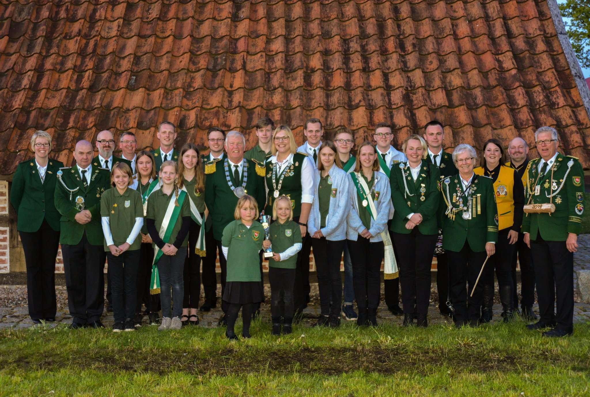 Die Königsfamilie des Schützenvereins Wittkopsbostel im Jubiläumsjahr 2019 mit ihrem Anhang.