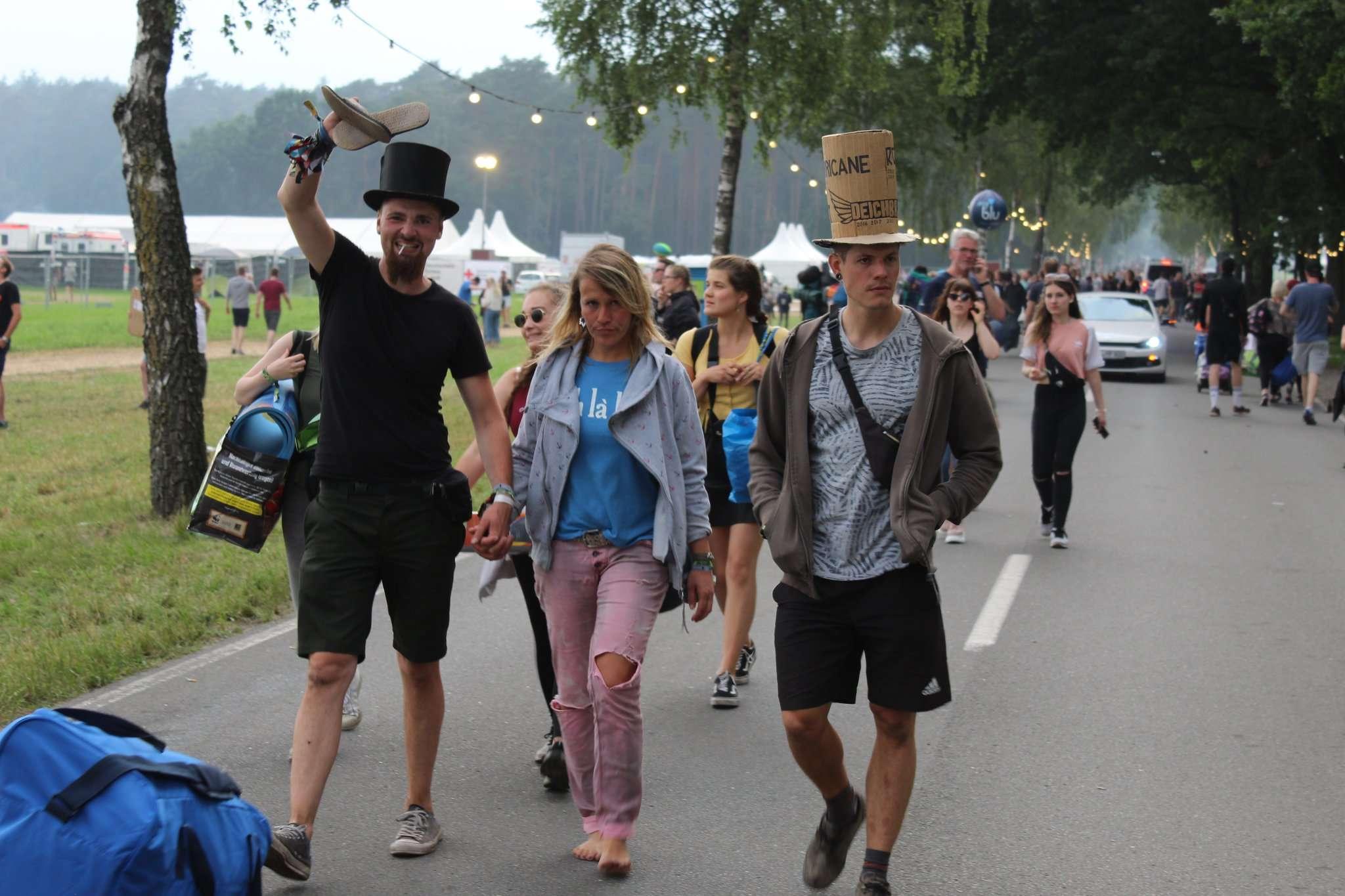 Langsam aber sicher füllt sich die Straße zum Festivalgelände mit feierfreudigen Fans. Foto: Sebastian Döring