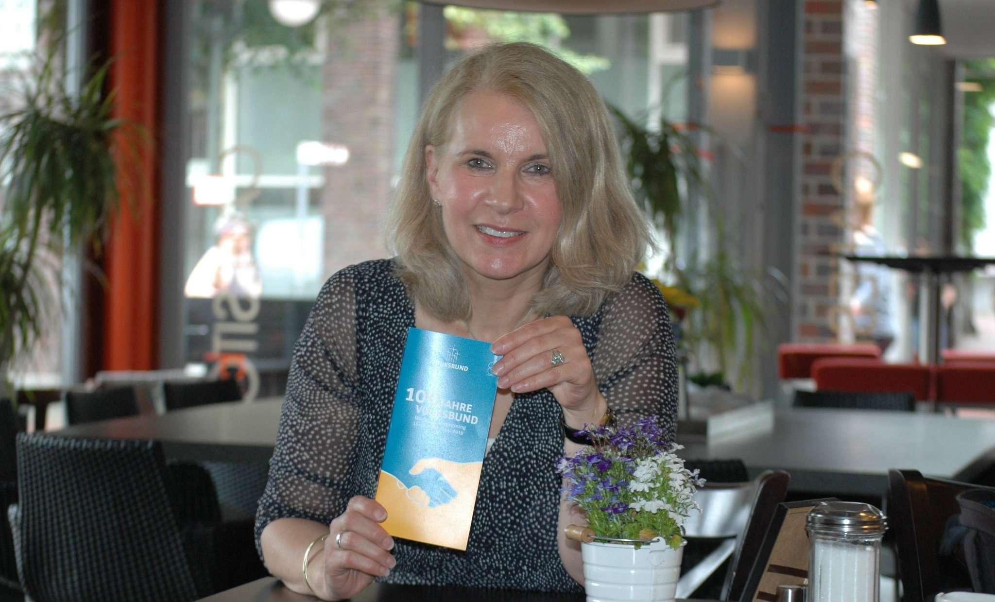 100 Jahre Volksbund - für Elke Twesten ein Grund zum Feiern, und um alte Strukturen neu zu denken. Foto: Jens Lou00ebs