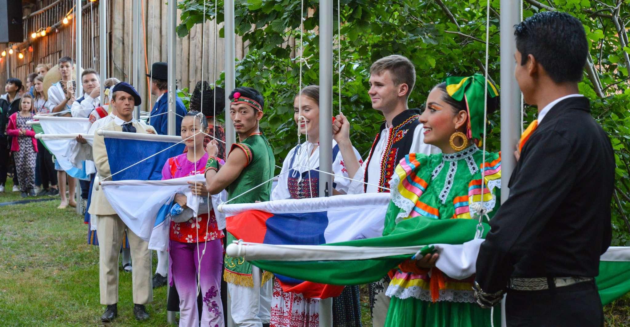 Vertreter der anwesenden Folkloreensembles hissten die Flaggen auf dem Festplatz.