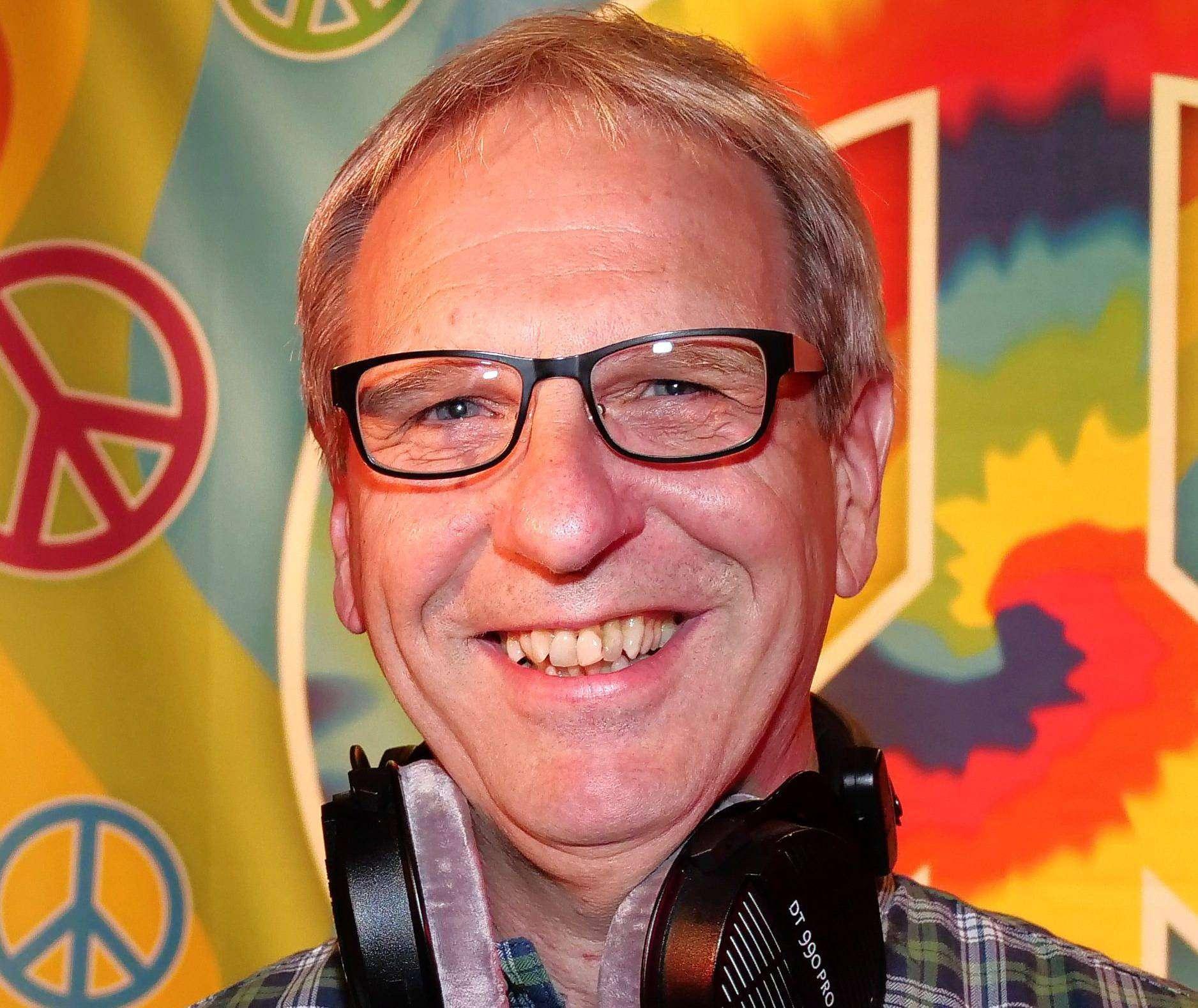 Musiker und DJ Bobby Meyer ruft zum Mitsingen auf.