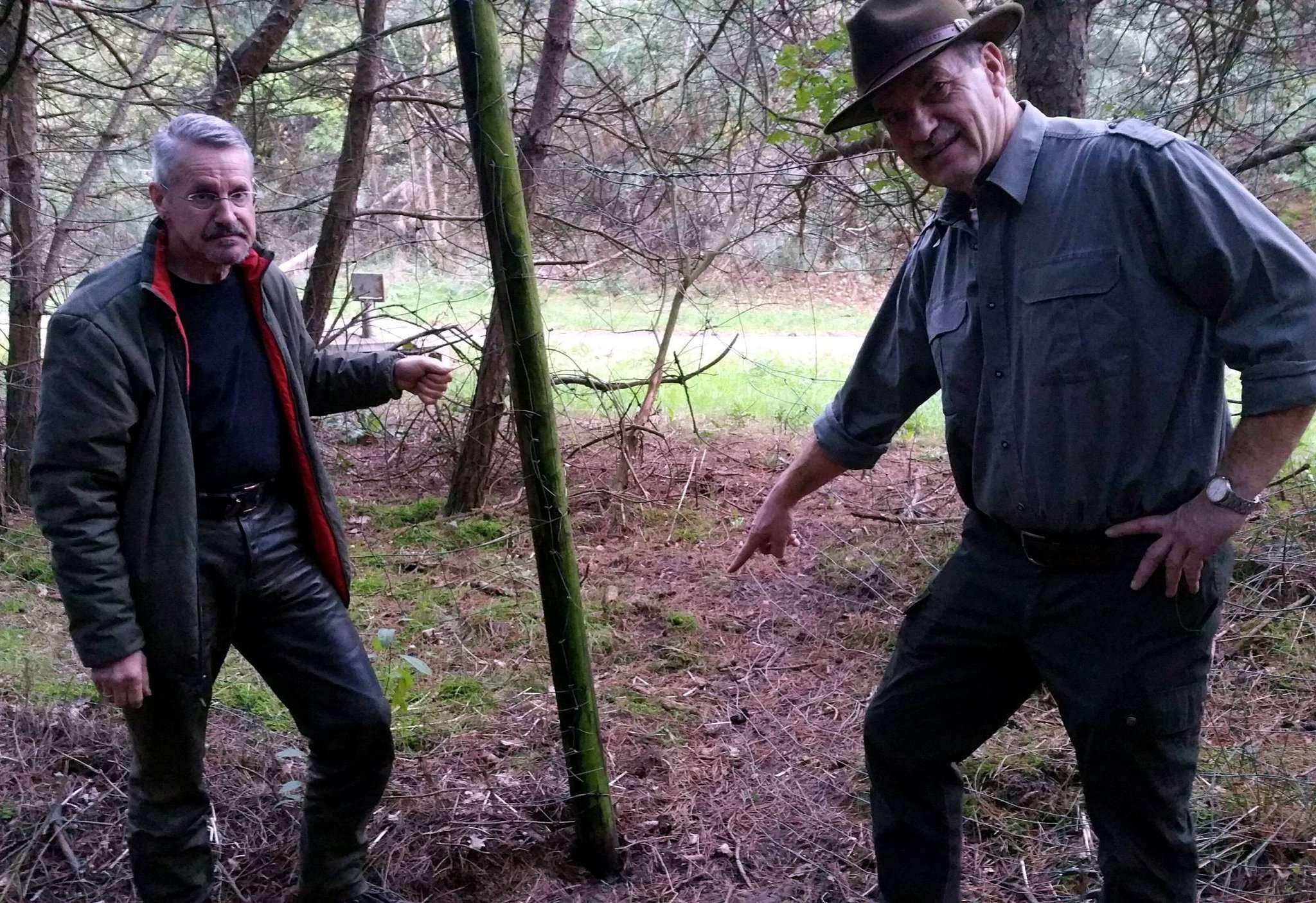 Kuno Kumpins (links) und Hubertus Steinke an dem Drahtzaun, an dem die Schlinge angebracht war: Offenbar sind nach Auffassung der Jäger Wilderer im Hegering aktiv.