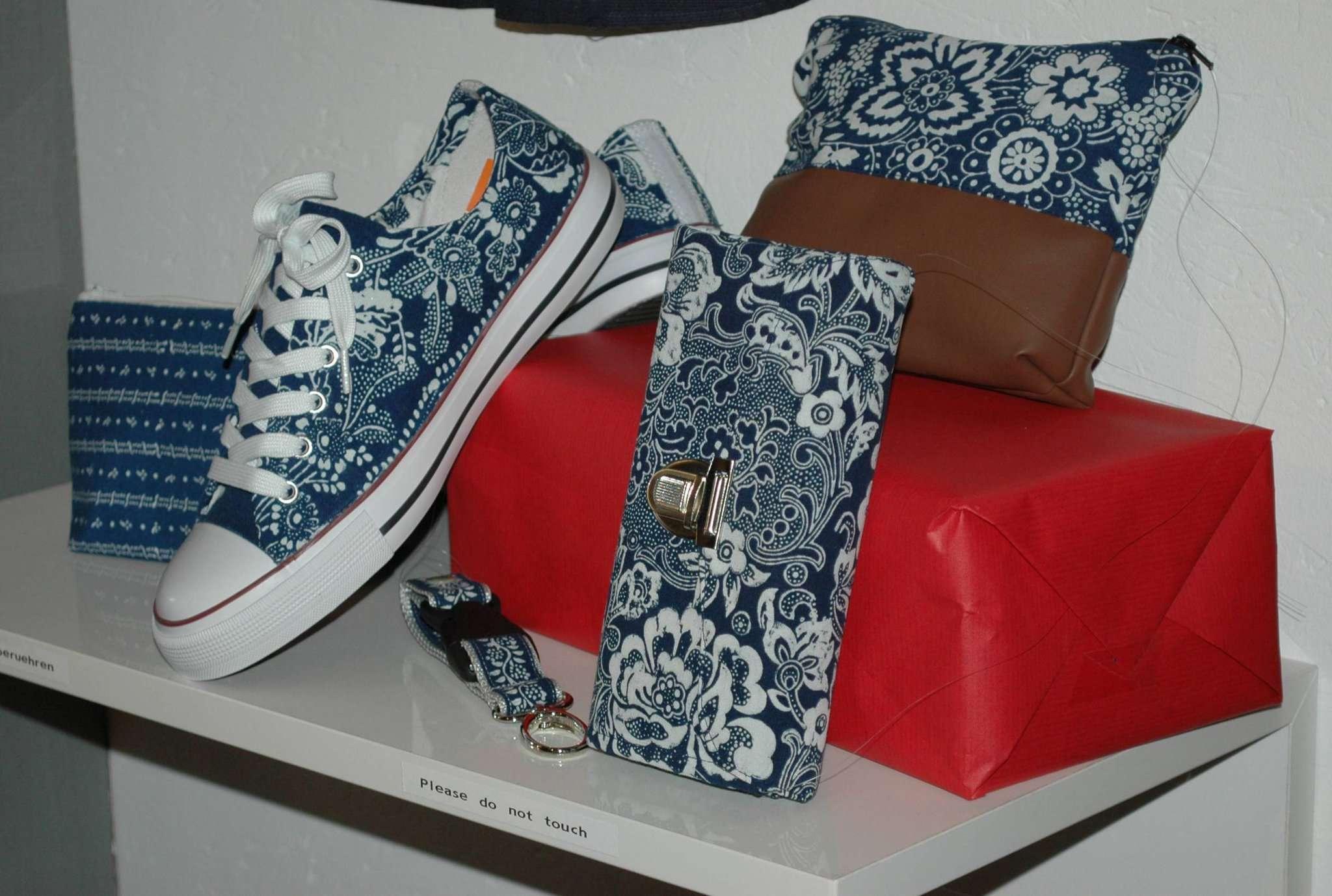 Auch heutzutage hat der Blaudruck noch seine Bedeutung in der Modewelt, wie diese Exponate der Scheeßeler Ausstellung belegen. Fotos: Jens Lou00ebs