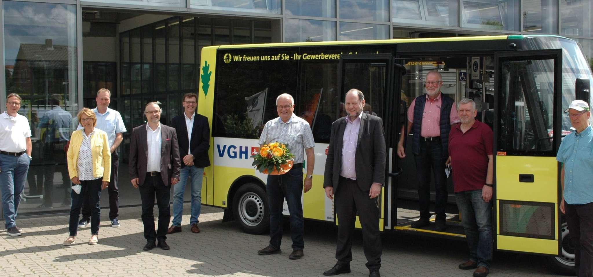 Die Vereinsverantwortlichen nehmen im Beisein von Bürgermeisterin Käthe Dittmer-Scheele, Torsten Meyer vom Autohaus Holst (ganz links außen), Georg Bachmann von Fibe-Bus (vierter von links) sowie Sponsoren und Verantwortlichen den neuen Bus entgegen. Fotos: Jens Lou00ebs