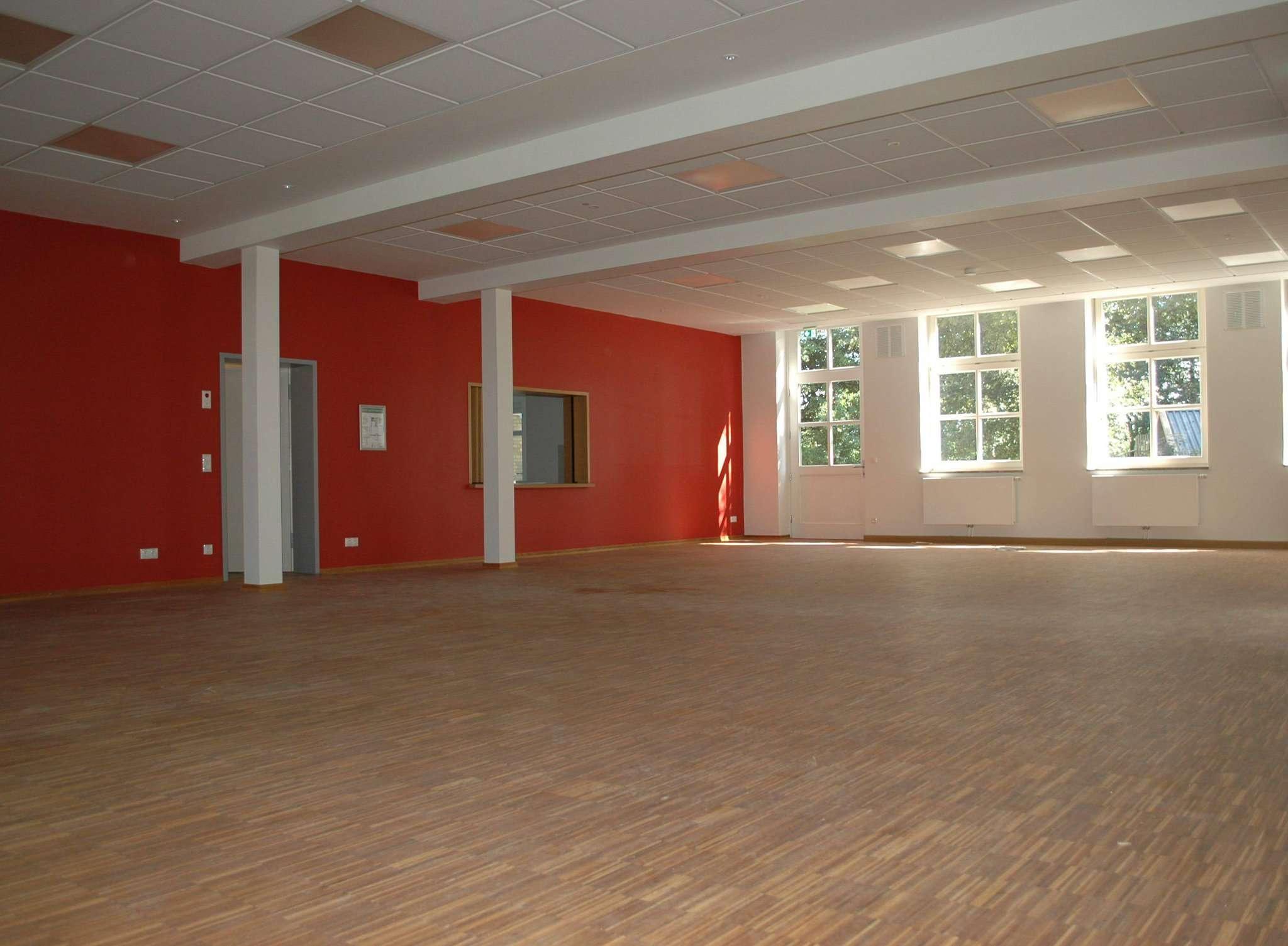 Heller, weiter und in neuen Farben erstrahlt der große Saal des Dorfgemeinschaftshauses von Westervesede. Die Durchreiche bleibt auf Wunsch vieler Bürger im alten Stil erhalten. Fotos: Jens Lou00ebs