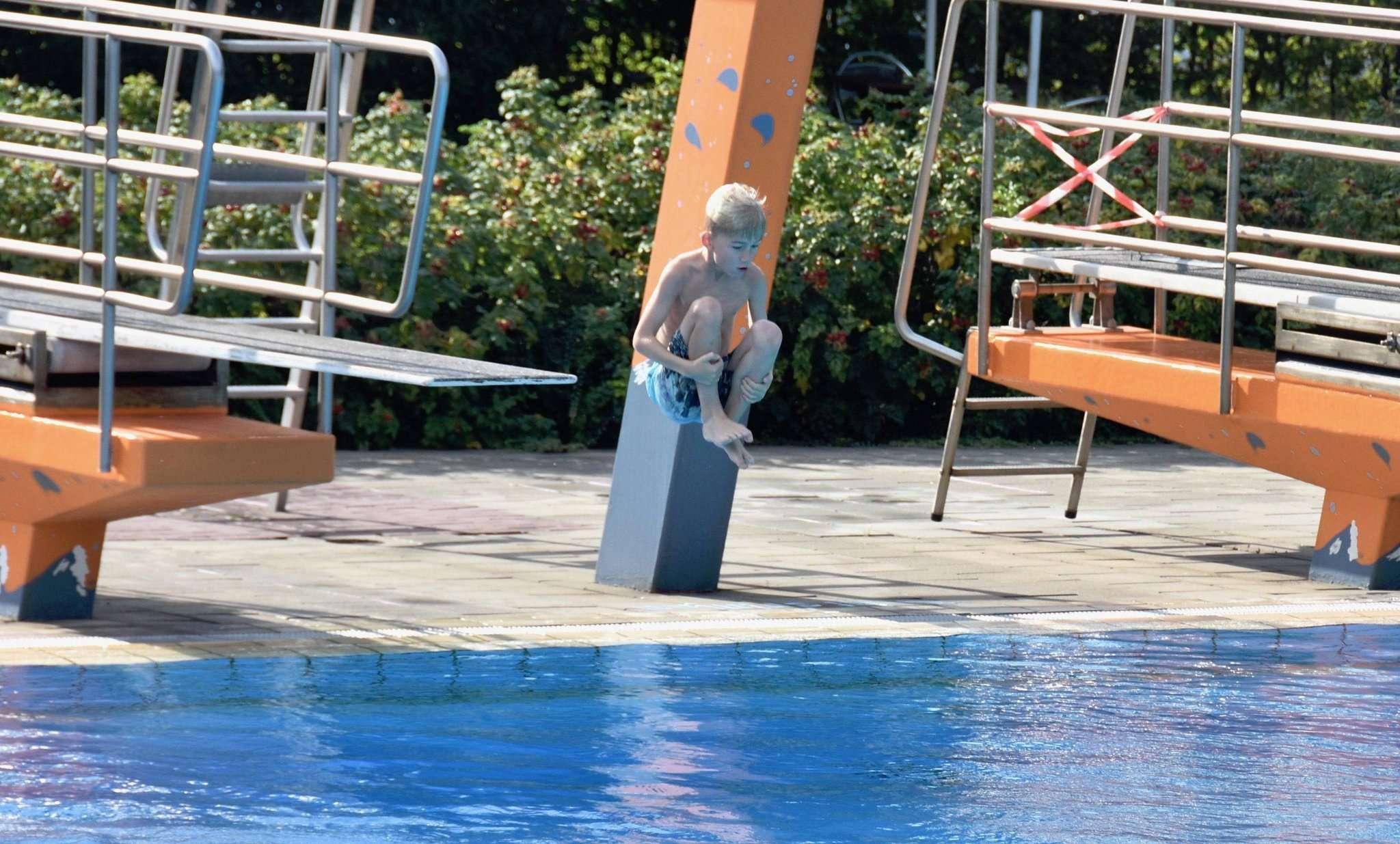 Ein Sprung ins kalte Wasser u2013 dies war für die Schwimmbadbetreiber in diesem Jahr die Freibadsaison. Foto: Judith Tausendfreund
