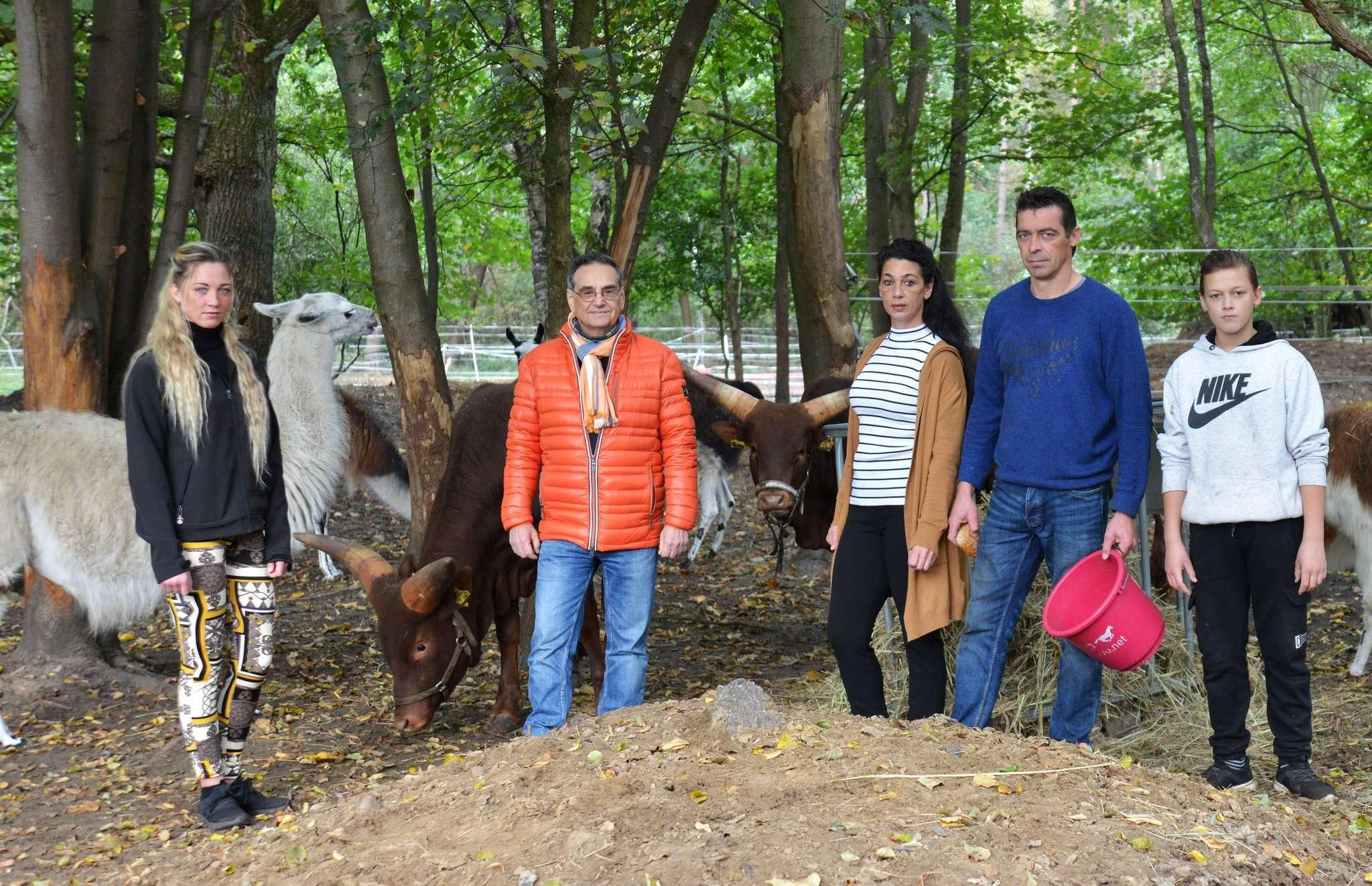 Jasmin May (von links), Hans-Jürgen Schnellrieder, Tamara May, Nino May, Anton May hoffen auf Spenden für das Futter der Zirkustiere. Foto: Klaus-Dieter Plage