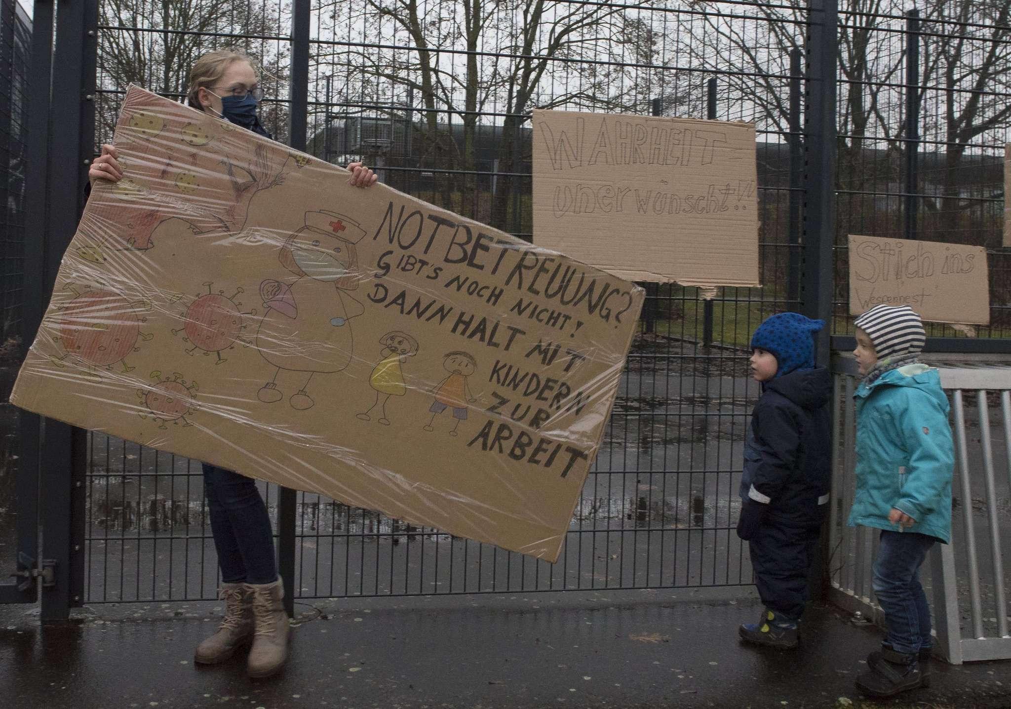 Keine Viertelstunde nachdem die Eltern die Plakate aufgehängt hatten, nahm die Verwaltung sie wieder ab. Foto: Ulla Heyne