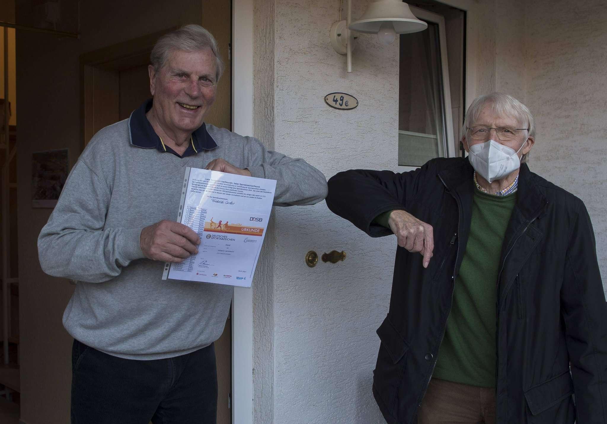 Stützpunktleiter Friedrich Cordes (rechts) überraschte seinen