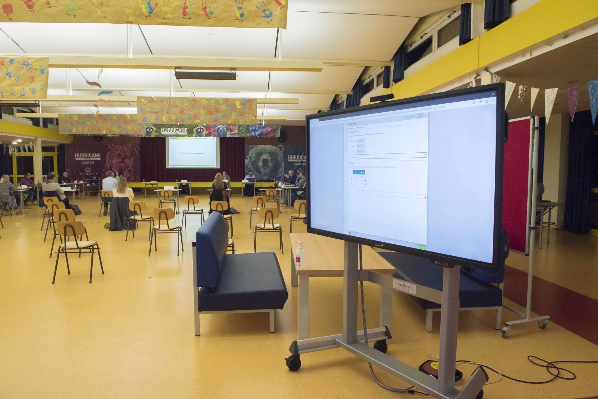 Große Monitore gehören schon zum Alltag in der Beeke-Schule, am WLAN hapert es noch.