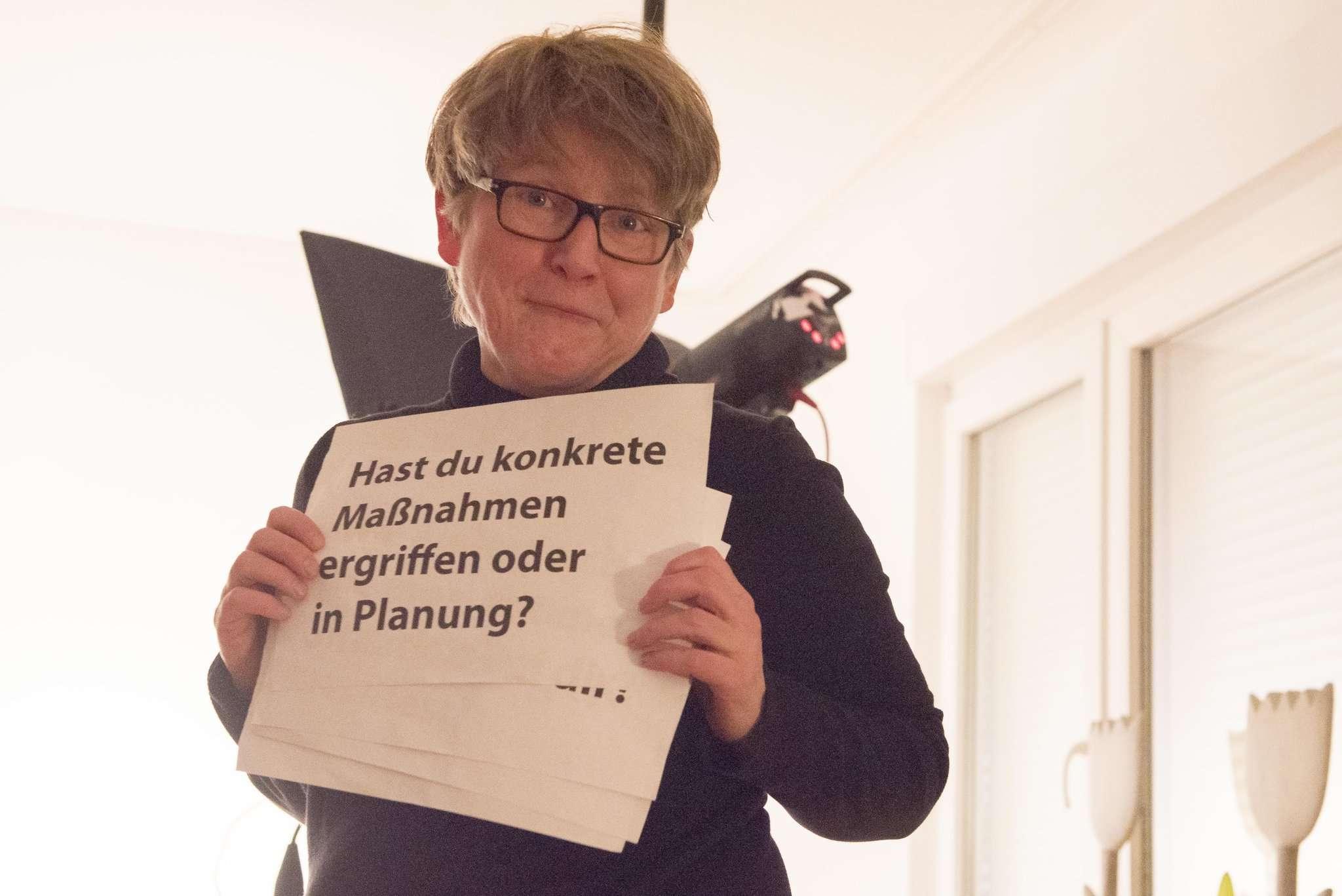 Gedankenstütze während des Drehs: Die Fragen hält Anja Lohmann hinter der Kamera hoch.