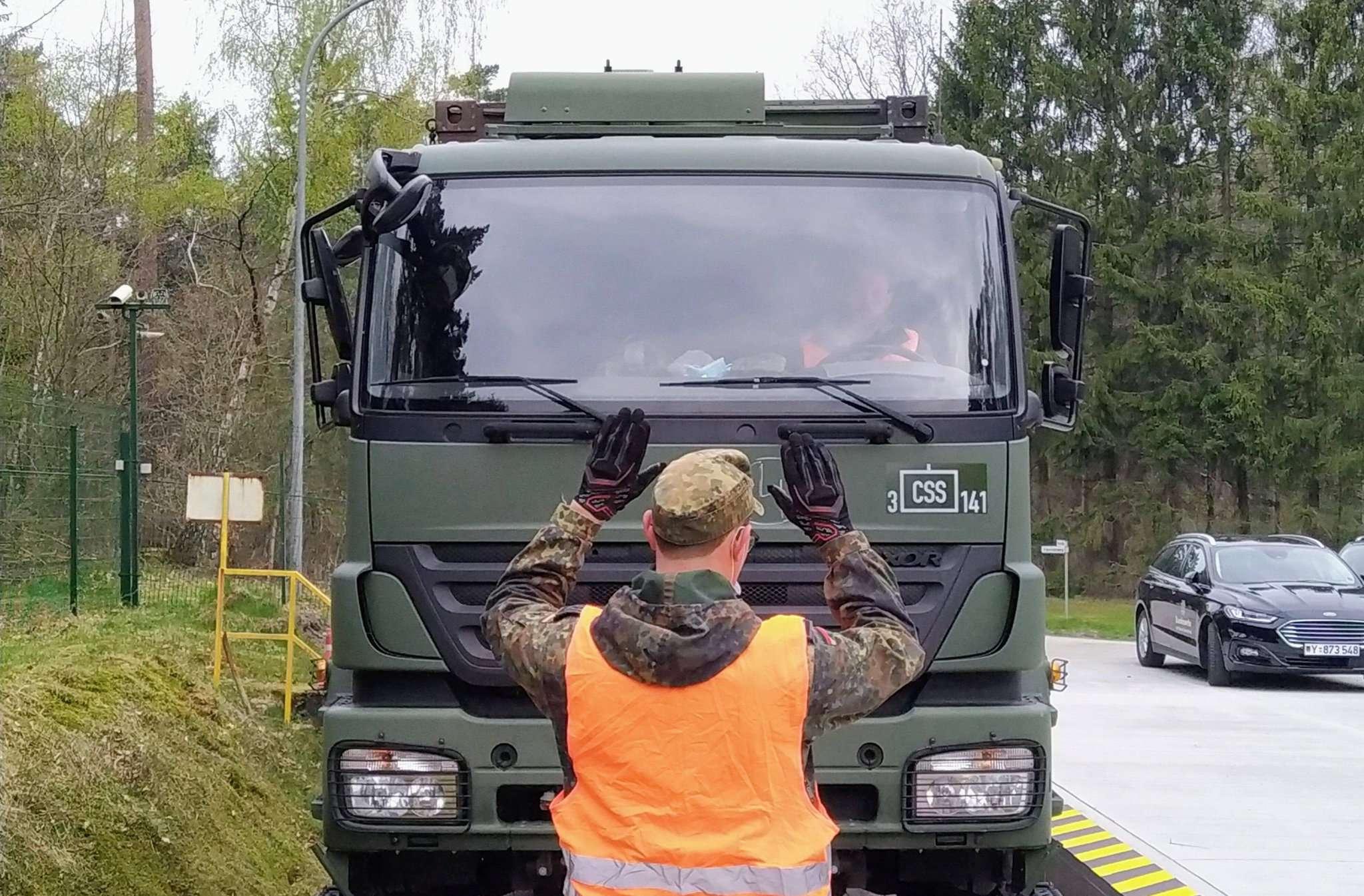 Bei der Fahrt über die Waggons werden die Kraftfahrer durch ihre Kameraden von außen eingewiesen. Foto: Lars Warnecke