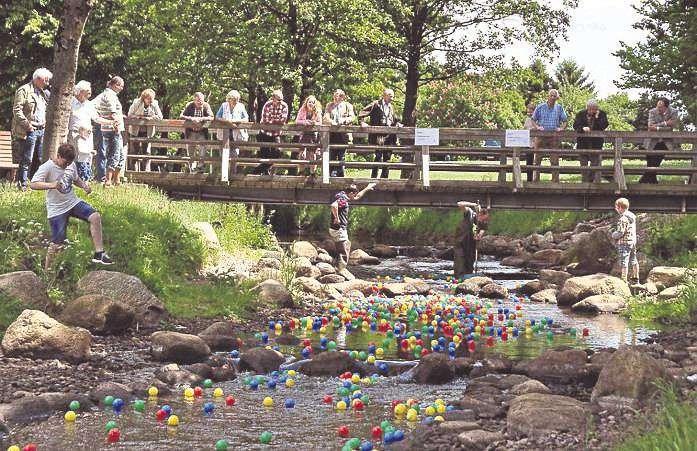 Begleitet von vielen Zuschauern werden die bunten Bälle vom Mühlenteich bis zum Dionysius-Park entlang schwimmen.