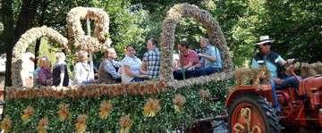 Dorfbewohner feiern Erntefest mit Umzug Ball und Festnachmittag