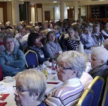 260 Gäste beim Frühstückstreffen für Frauen  Vortrag und Musik