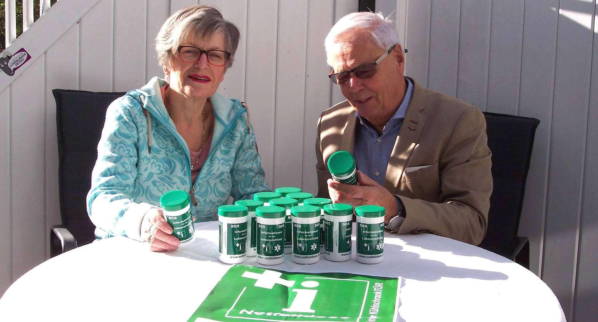 Jutta Fettköter vom Seniorenbeirat und Dr. Heiko William vom VFN engagieren sich gemeinsam für die Notfalldosen-Aktion.