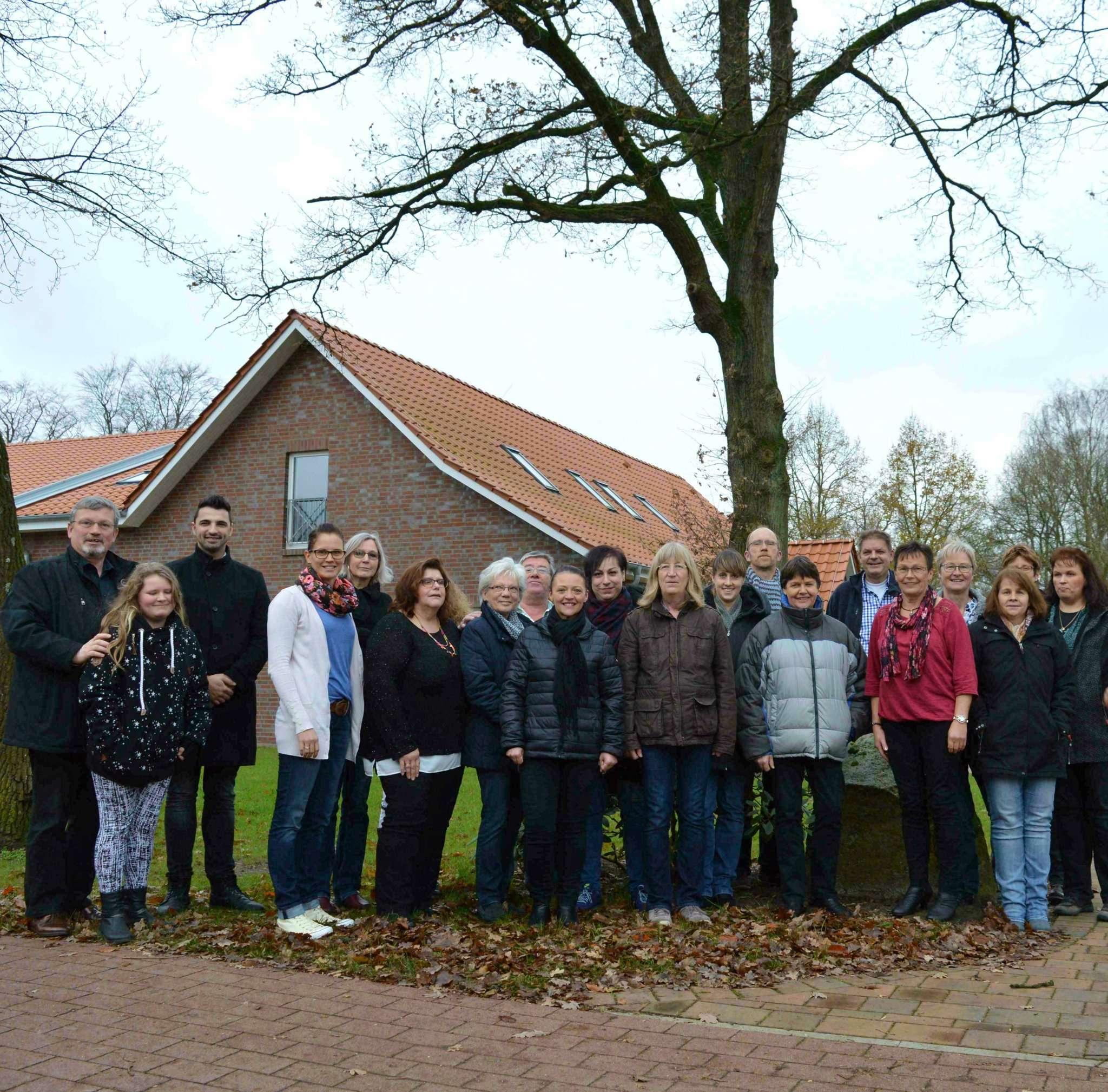 Die Mitglieder des Chors Via Nova absolvierten im Dorfzentrum Klein Meckelsen eine ganztägige Stimmbildung. Von links: Renu00e9 Clair, Chorleiter Via Nova und Pascal Skuppe, der das Seminar leitete.